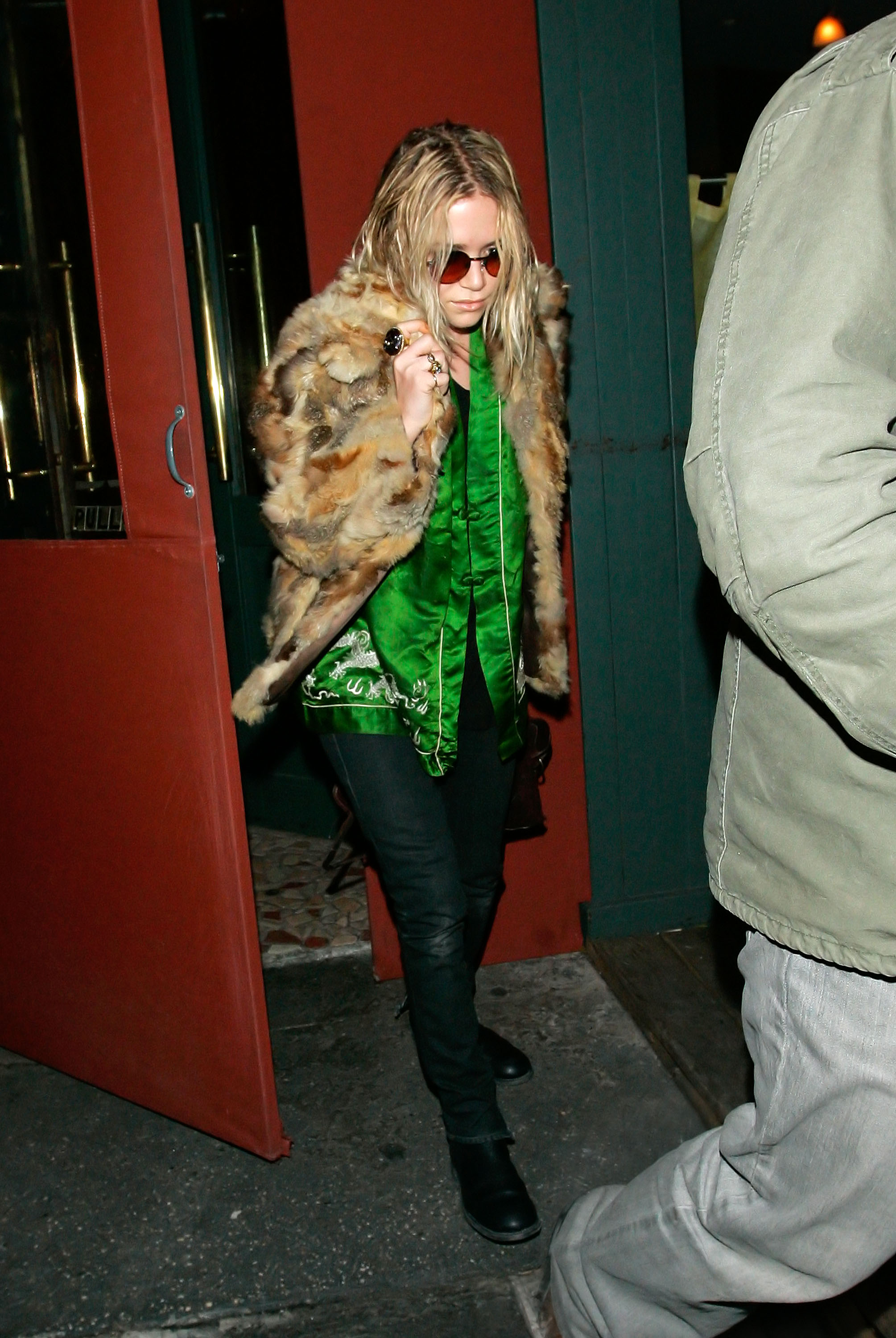 29760_celeb-city.eu_Mary_Kate_Olsen_out_and_about_for_a_late_lunch_in_the_West_Village_05.01.2008_02_122_415lo.jpg