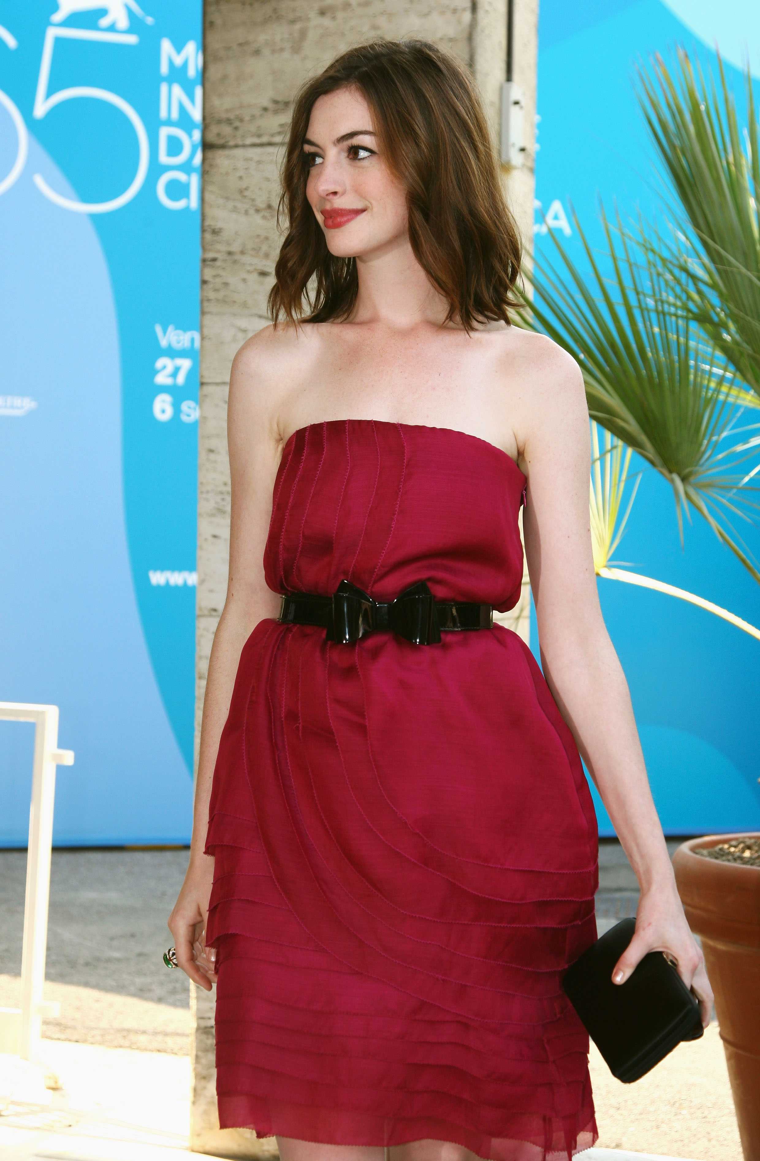 42931_Anne_Hathaway_arrives_at_the_Excelsior_Hotel_Venice-02_122_172lo.jpg