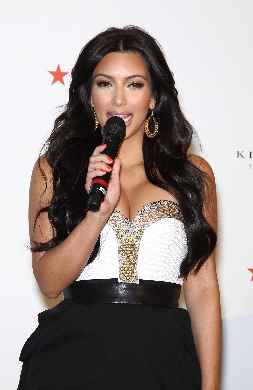 86130_celebrity_paradise.com_Kim_Kardashian_Fragance_27_122_216lo.jpg