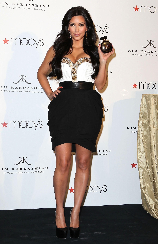 86571_celebrity_paradise.com_Kim_Kardashian_Fragance_23_122_216lo.jpg