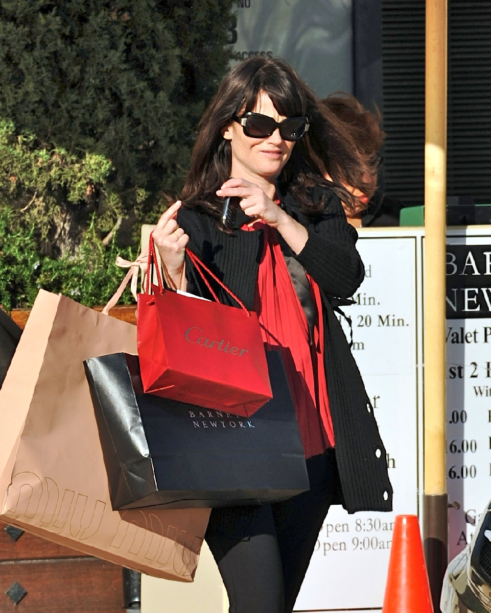 57317_Preppie_-_Robin_Tunney_carries_Cartier_and_Barney8s_bags_back_to_her_car_-_Jan._24_2010_913_122_957lo.jpg