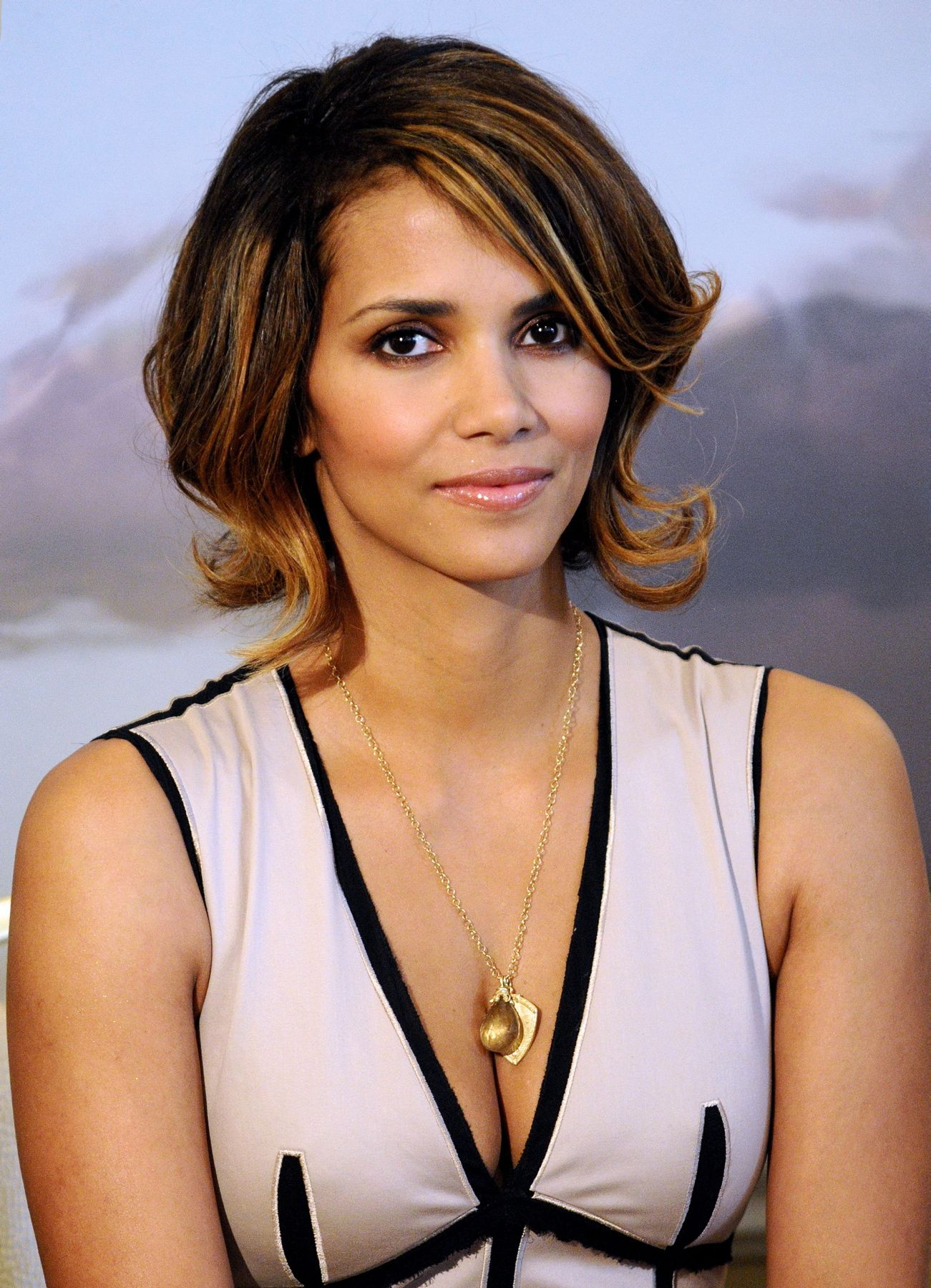 63689_Halle_Berry_2009_Jenesse_Silver_Rose_Gala_Auction_in_Beverly_Hills_88_122_1149lo.jpg