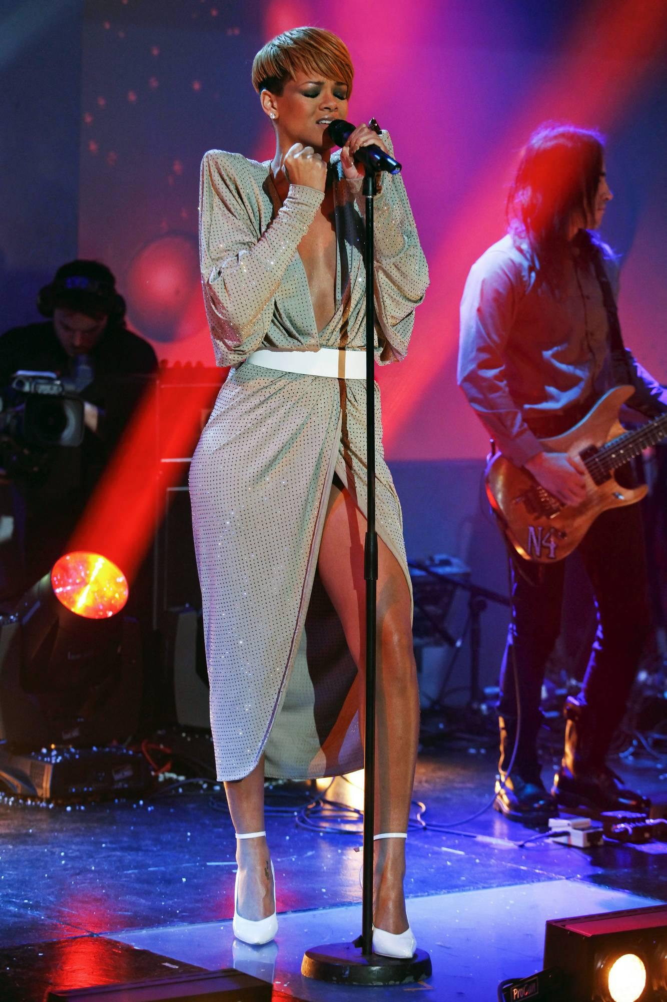 67791_Rihanna9_Cleavage9_Friday_Night_with_Jonathan_Ross3_18.12.2009_02_122_1161lo.jpg