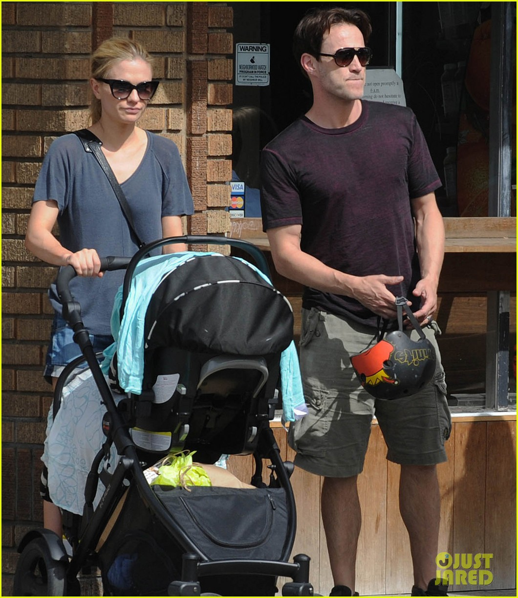 494193378_anna_paquin_stephen_moyer_abbot_kinney_with_the_family_04_122_382lo.jpg