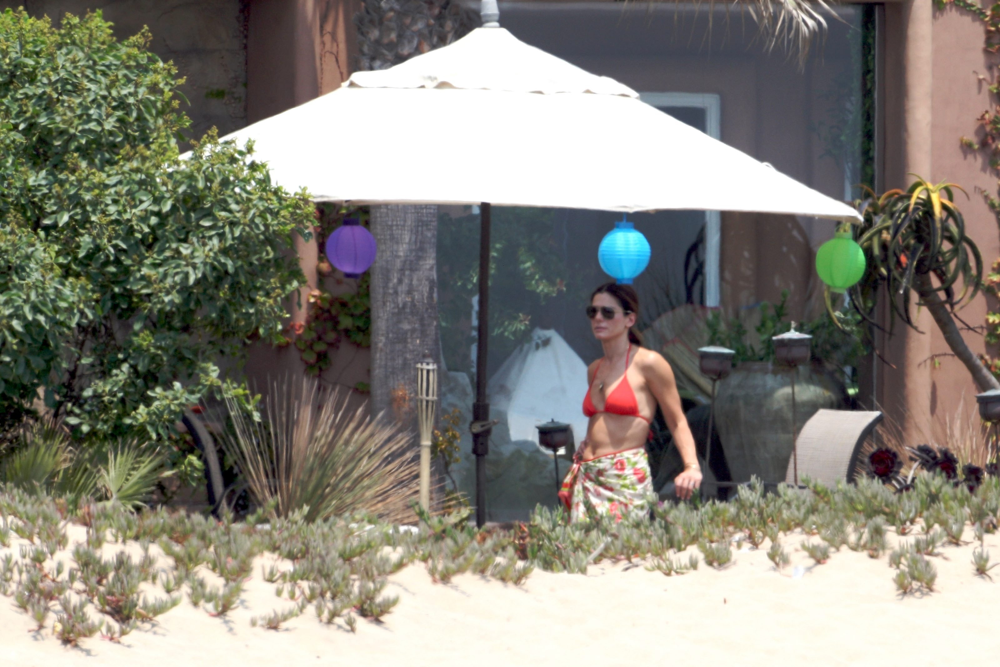 79157_Celebutopia-Sandra_Bullock_in_top_bikini_and_husband_host_an_Independence_Day_beach_party-15_122_514lo.jpg