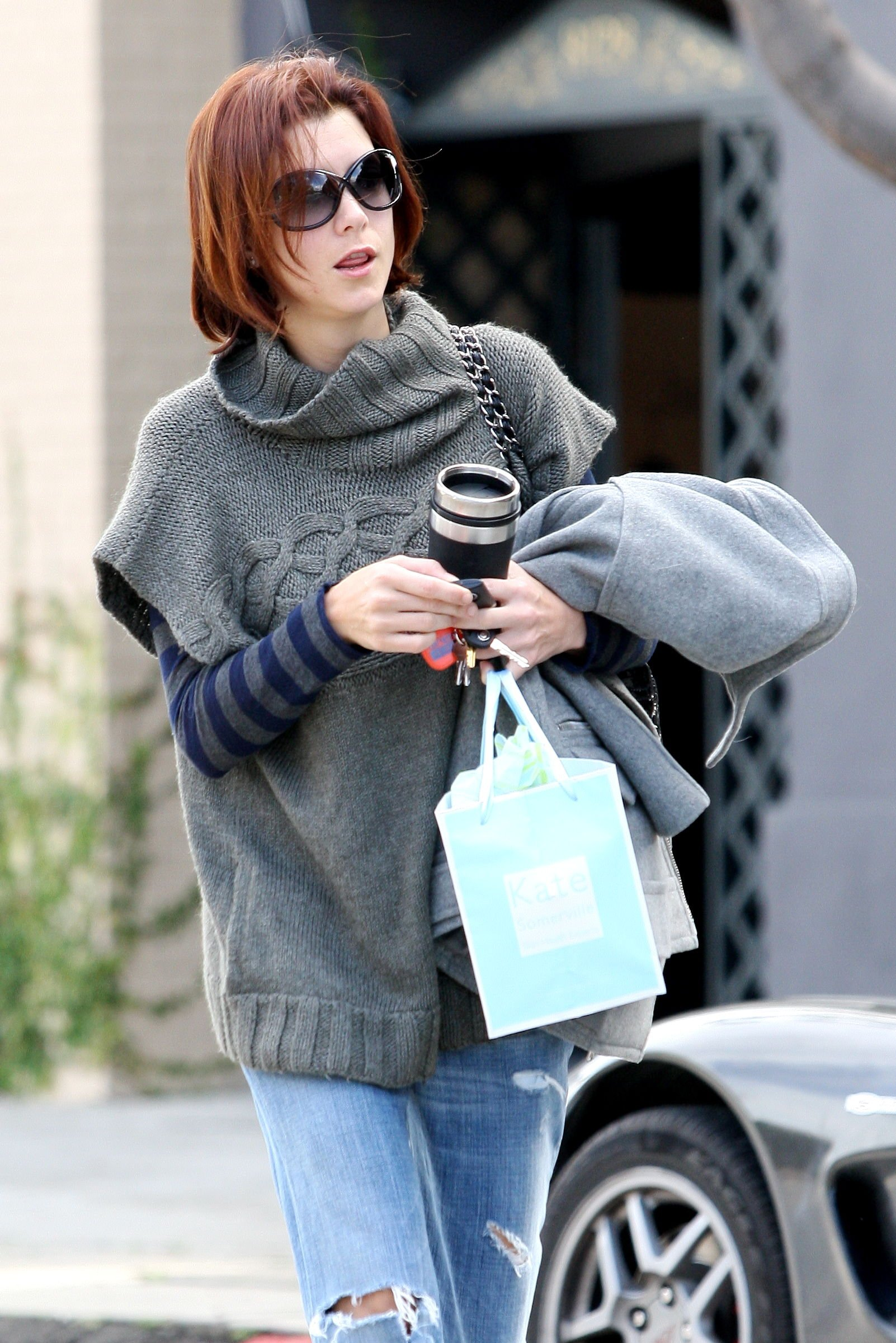 10883_Celebutopia-Kate_Walsh_with_ripped_jeans_in_Hollywood-12_122_830lo.JPG