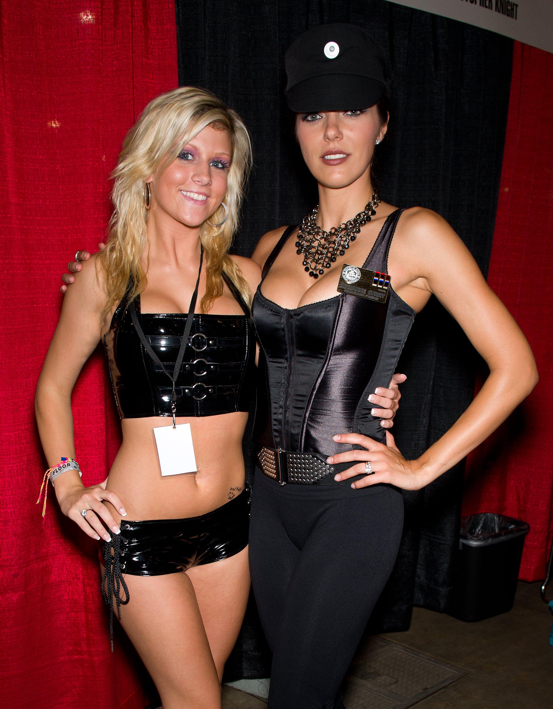 68586_Adrianne_Curry_2010_Wizard_World_Philadelphia_Comic_Con_3_122_346lo.jpg