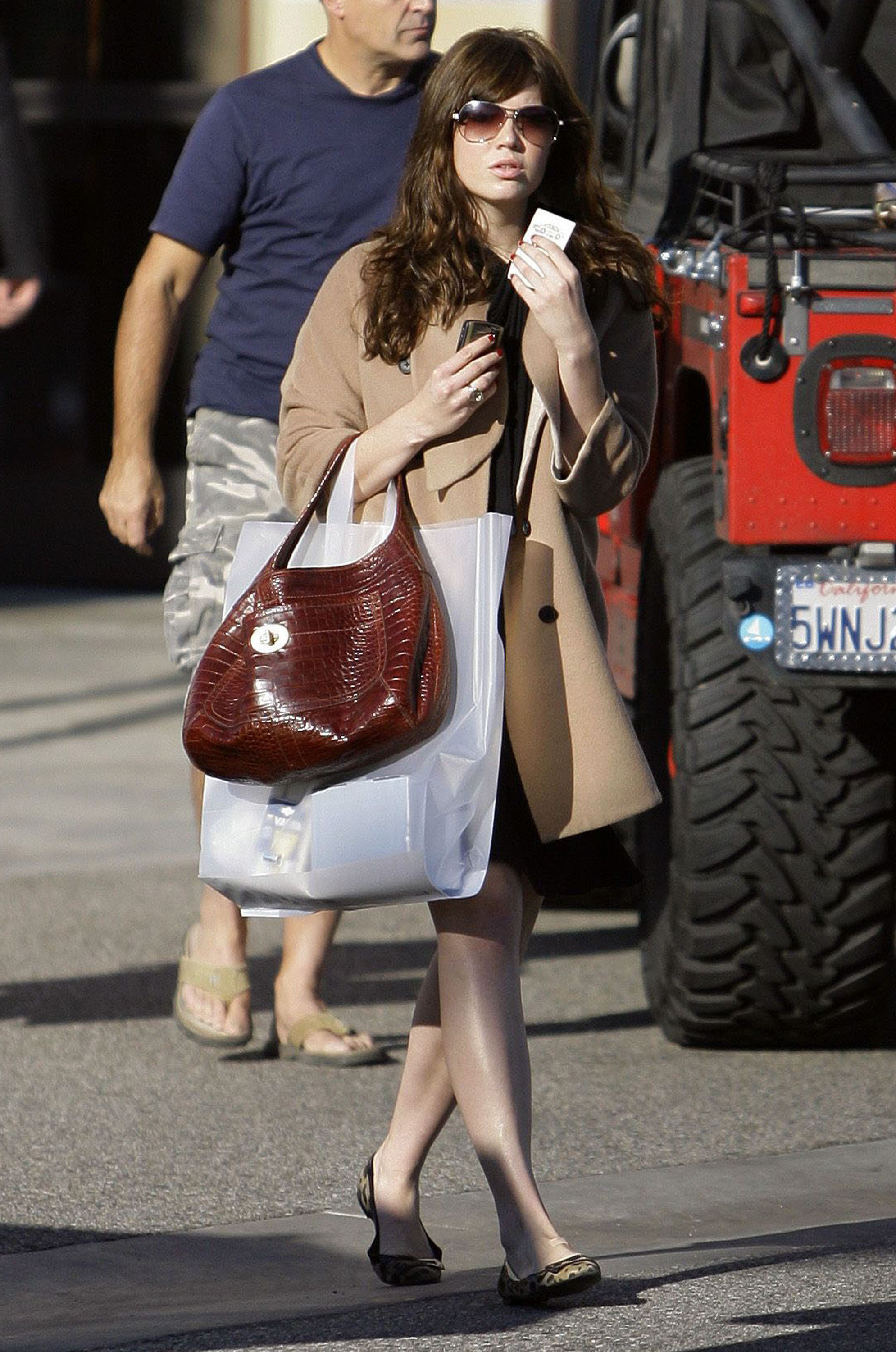 68100_celeb-city.eu_Mandy_Moore_out_and_about_in_West_Hollywood_10.12.2007_30_122_1018lo.jpg