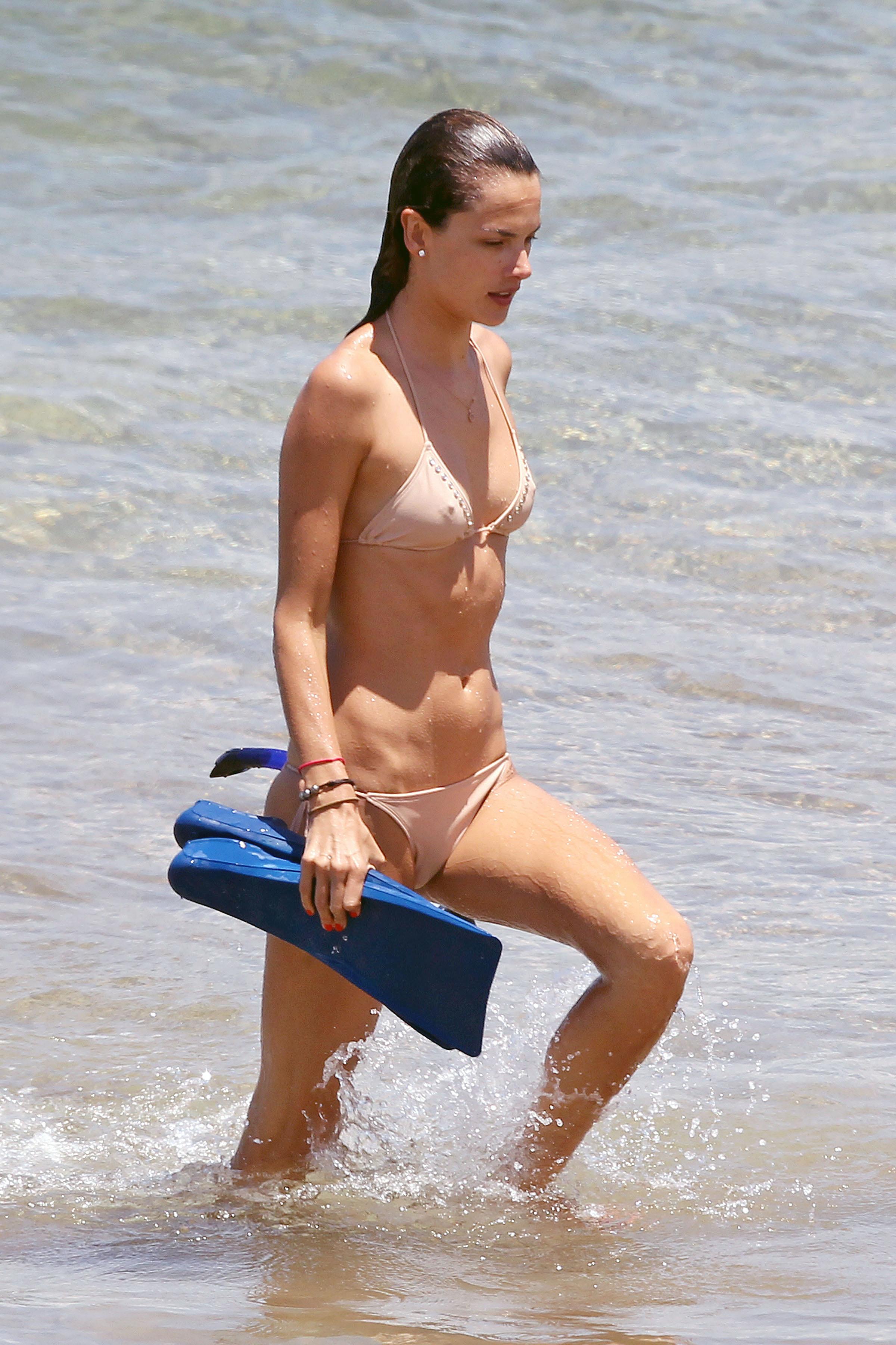 79836_Alessandra_Ambrosio_on_the_beach_in_Hawaii_7_122_477lo.jpg
