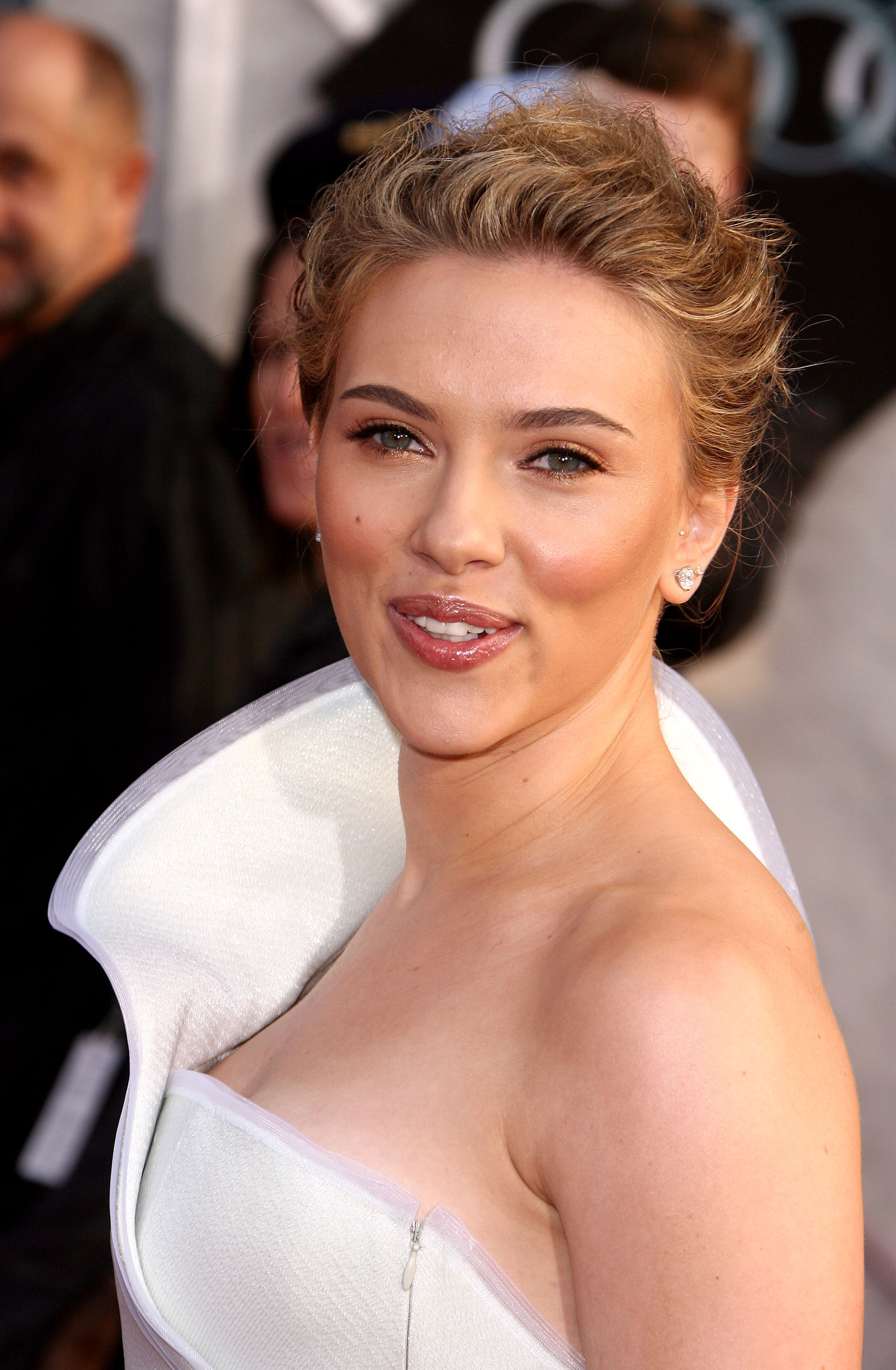 50703_celebrity_paradise.com_Scarlett_Johansson_Iron_Man_2_World_Premiere_in_Hollywood_26.04.2010_11_122_96lo.jpg
