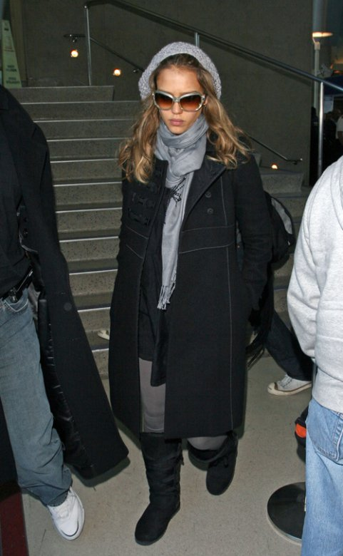 15165_30.01.2008_-_Jessica_Alba_am_Los_Angeles_Airport_002_122_213lo.jpg