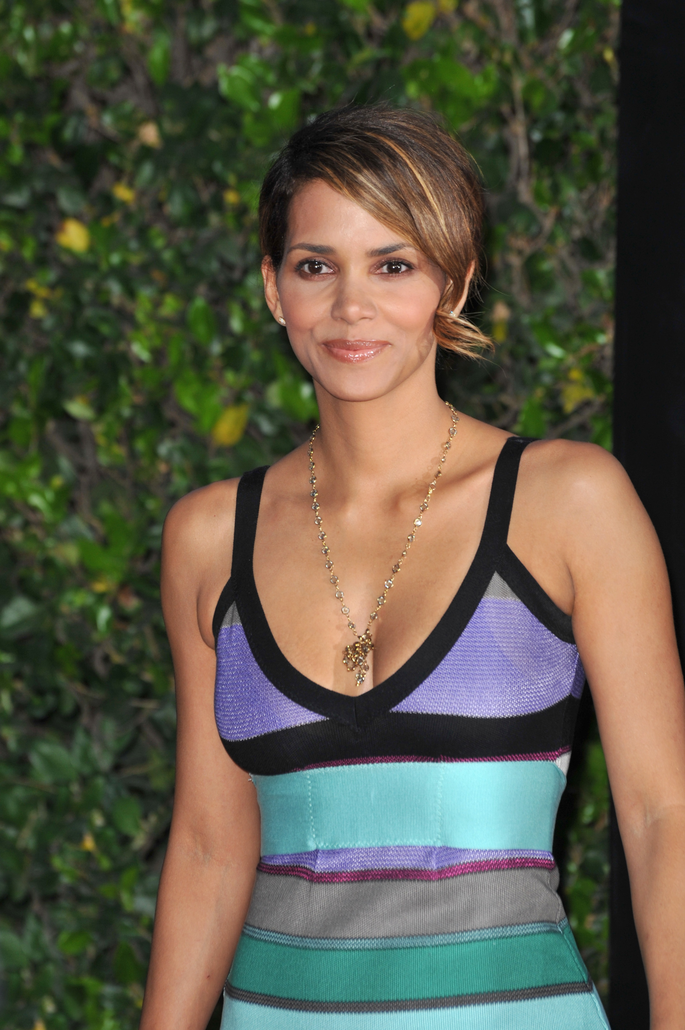 67617_Halle_Berry_The_Soloist_premiere_in_Los_Angeles_13_122_435lo.jpg