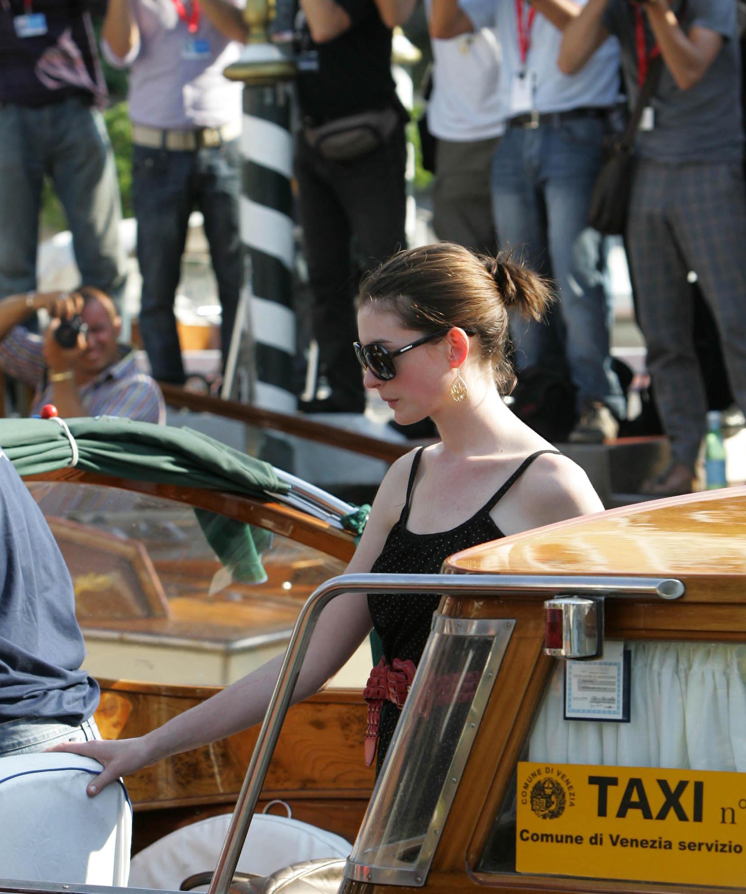 26325_Anne_Hathaway_arriving_at_the_airport_in_Venice-03_122_557lo.jpg