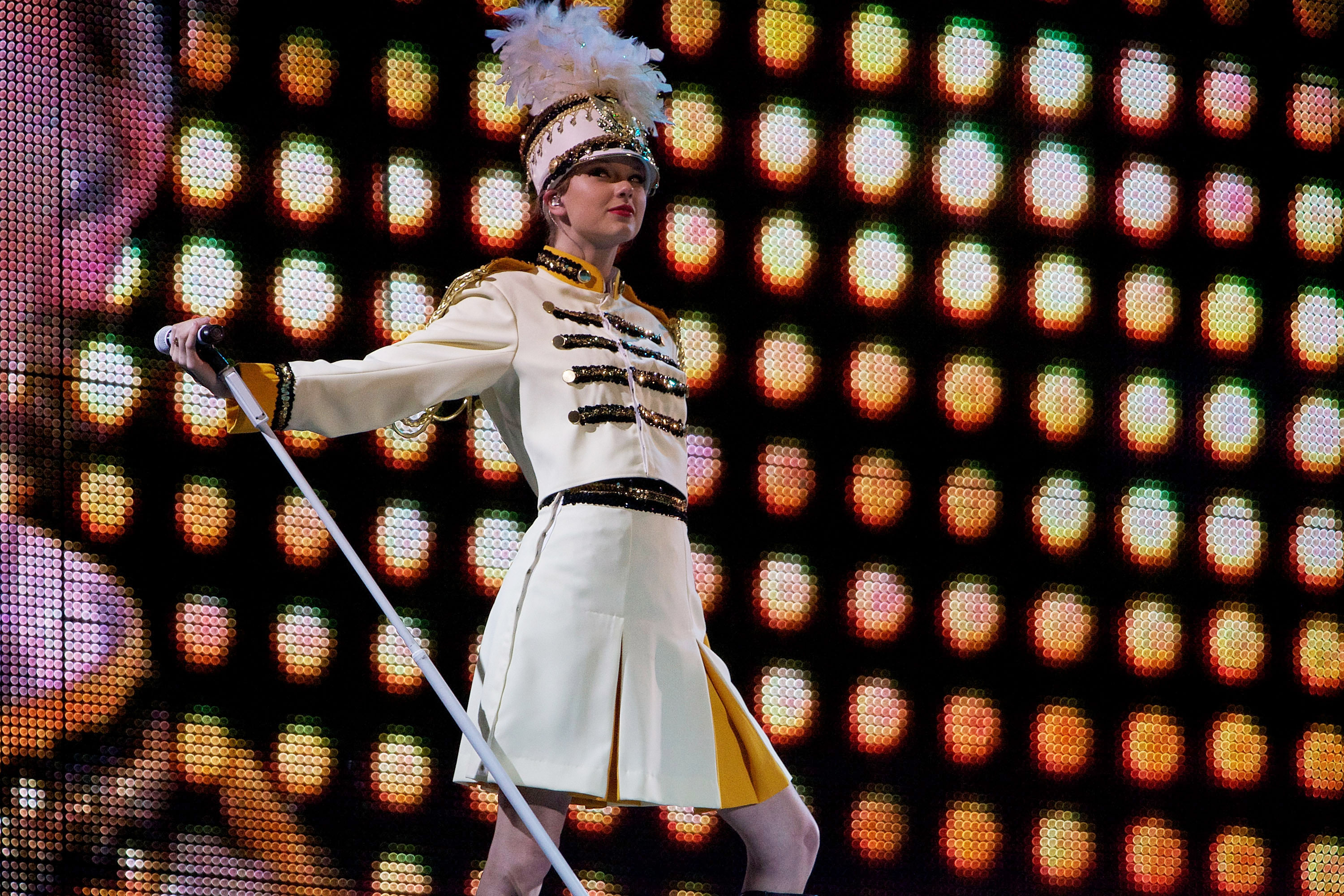 32833_Taylor_swift_performs_her_Fearless_Tour_at_Tiger_Stadium_043_122_101lo.jpg
