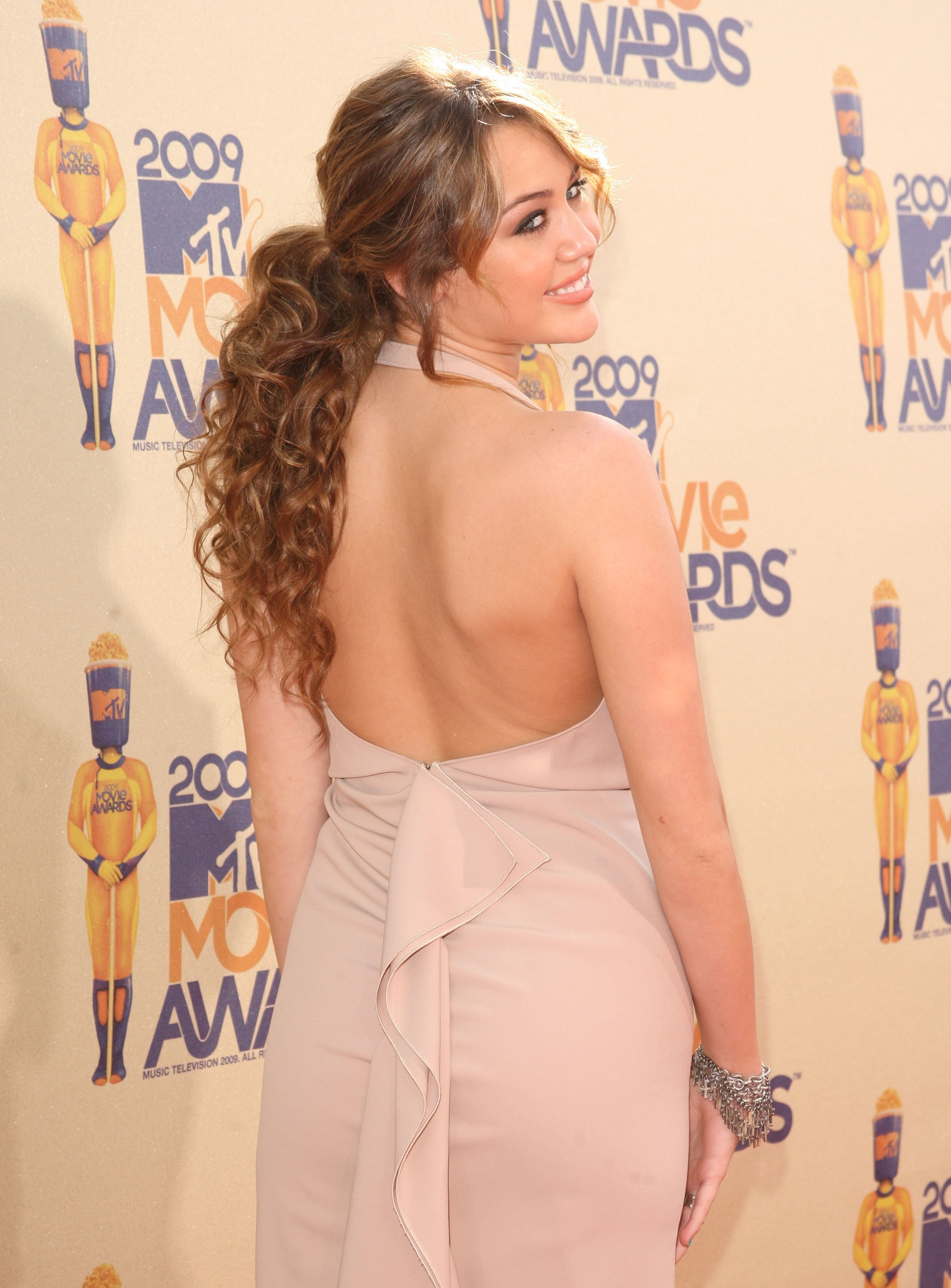 23701_Celebutopia-Miley_Cyrus_arrives_at_the_2009_MTV_Movie_Awards-13_122_427lo.jpg