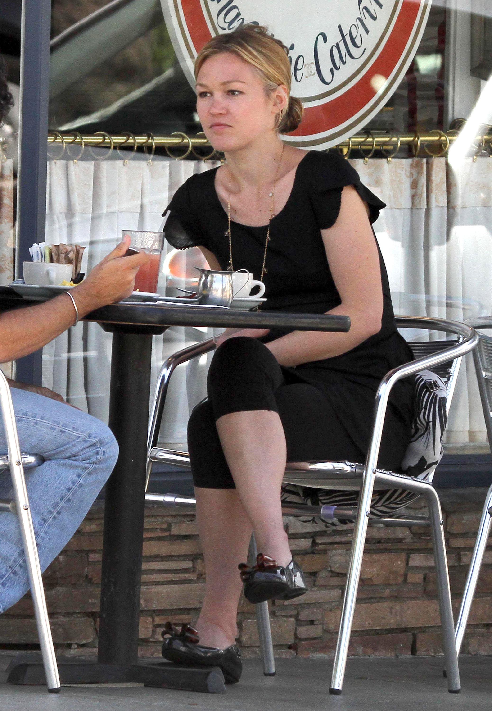 18863_Julia_Stiles_at_Lunch_At_La_Conversation3_122_431lo.jpg