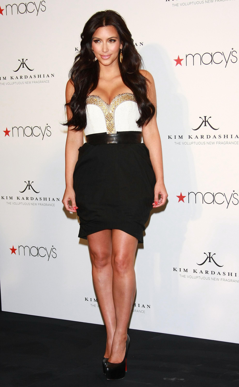 85693_celebrity_paradise.com_Kim_Kardashian_Fragance_34_122_400lo.jpg