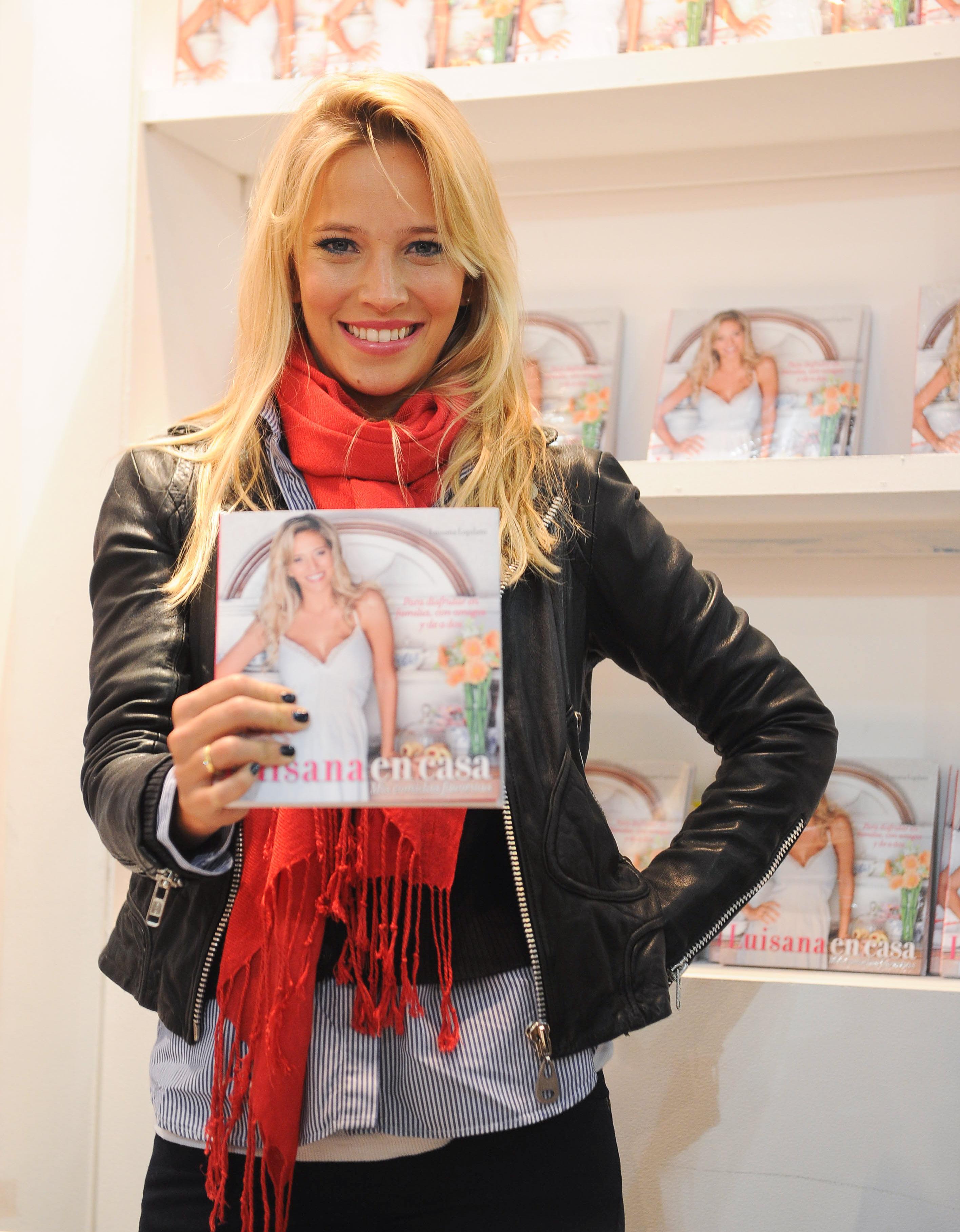 793087826_Luisana_Lopilato_present_her_first_book5_122_169lo.jpg