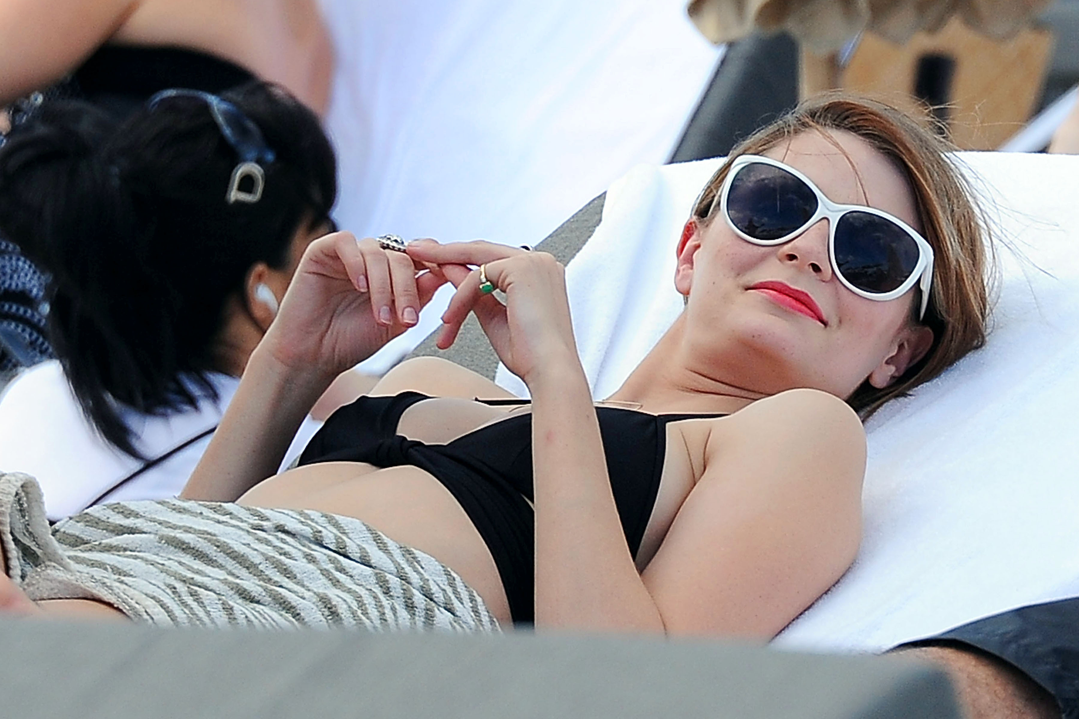 311872761_Mischa_Barton_Bikini_Candids_on_the_Beach_in_Miami_December_27_2011_124_122_70lo.jpg