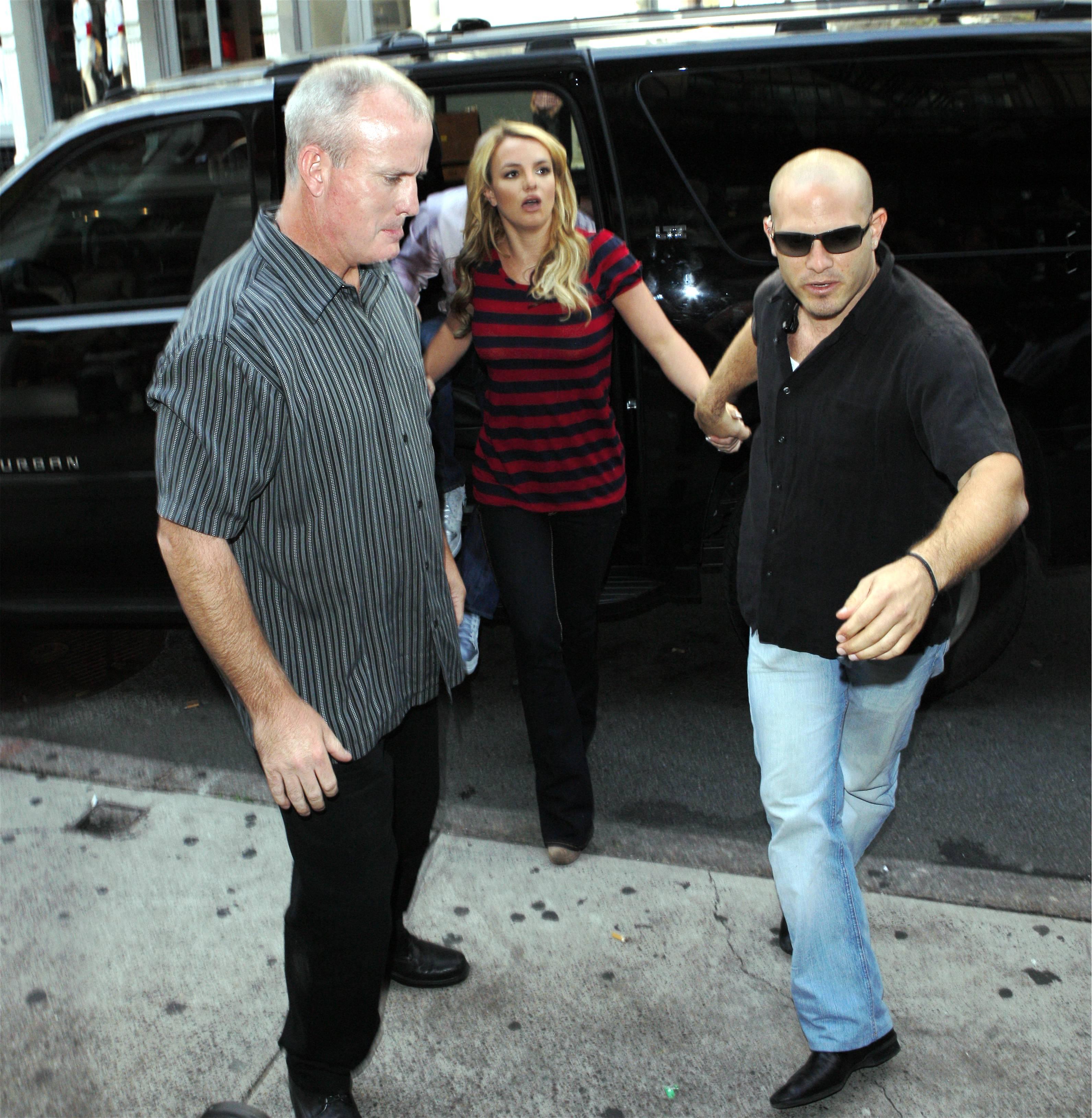 07144_Celebutopia-Britney_Spears_shopping_in_Soho-07_122_28lo.jpg