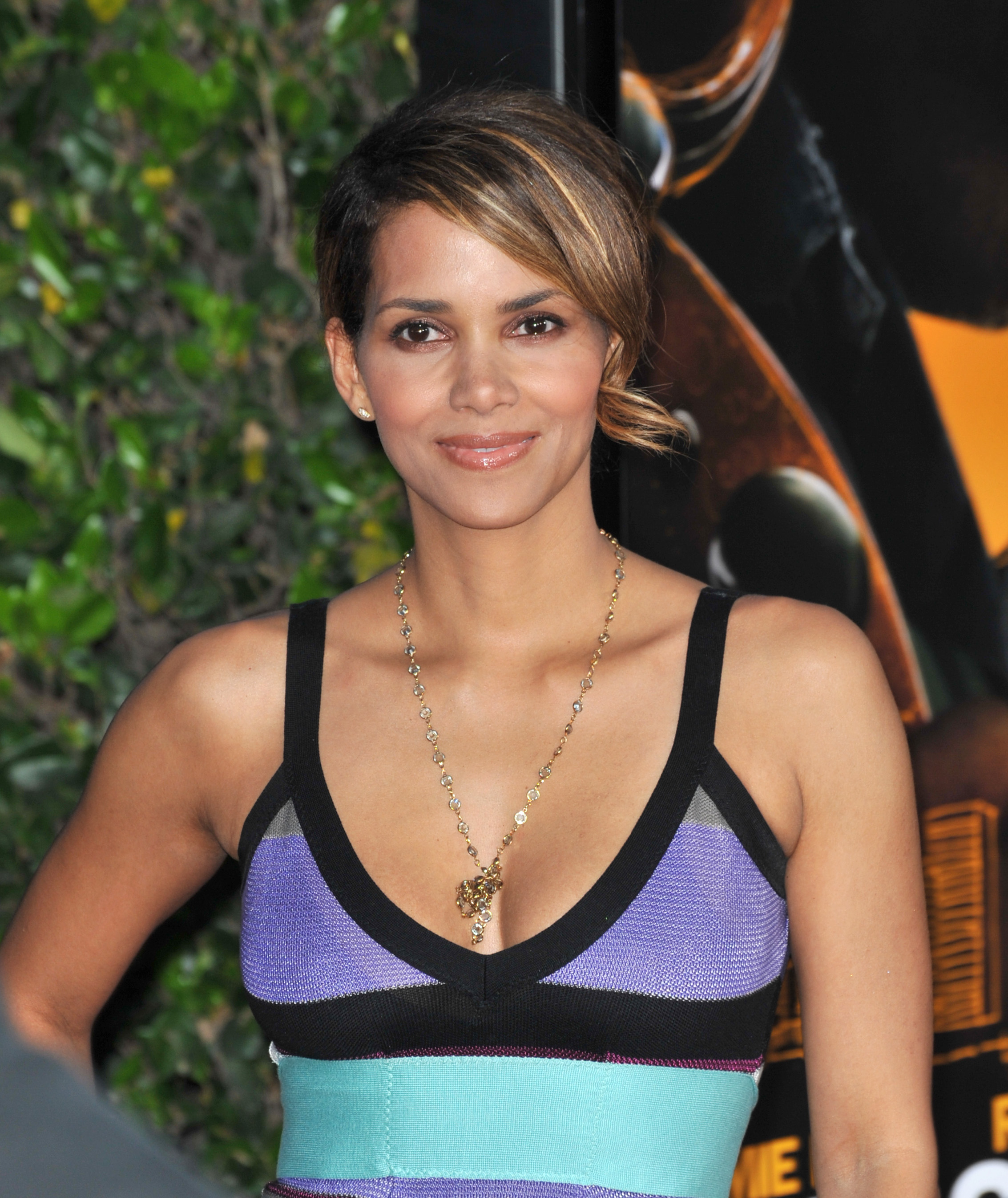 66468_Halle_Berry_The_Soloist_premiere_in_Los_Angeles_86_122_392lo.jpg