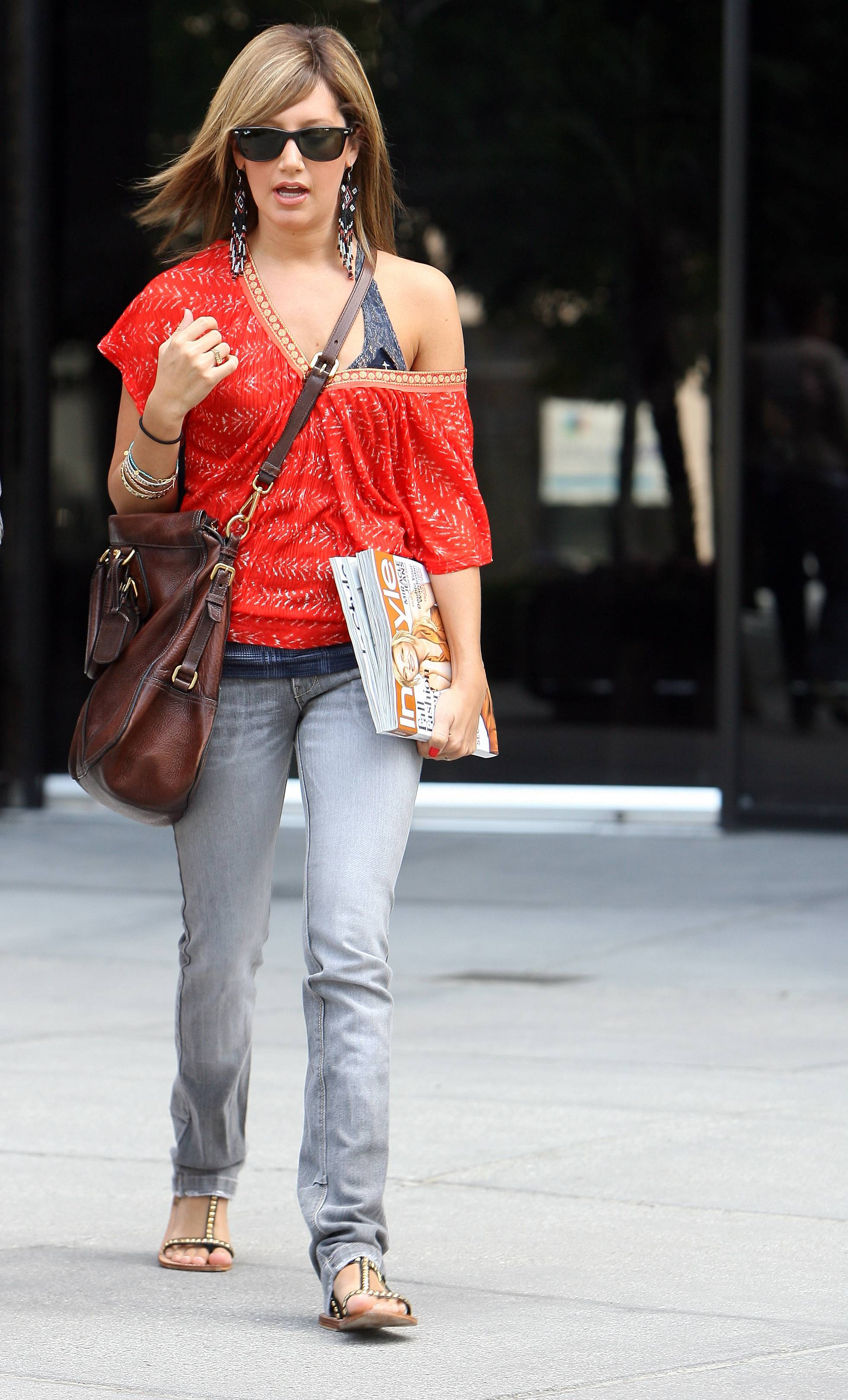 98785_Preppie_Ashley_Tisdale_with_a_new_look_in_L.A._08.27.08_431_122_451lo.jpg