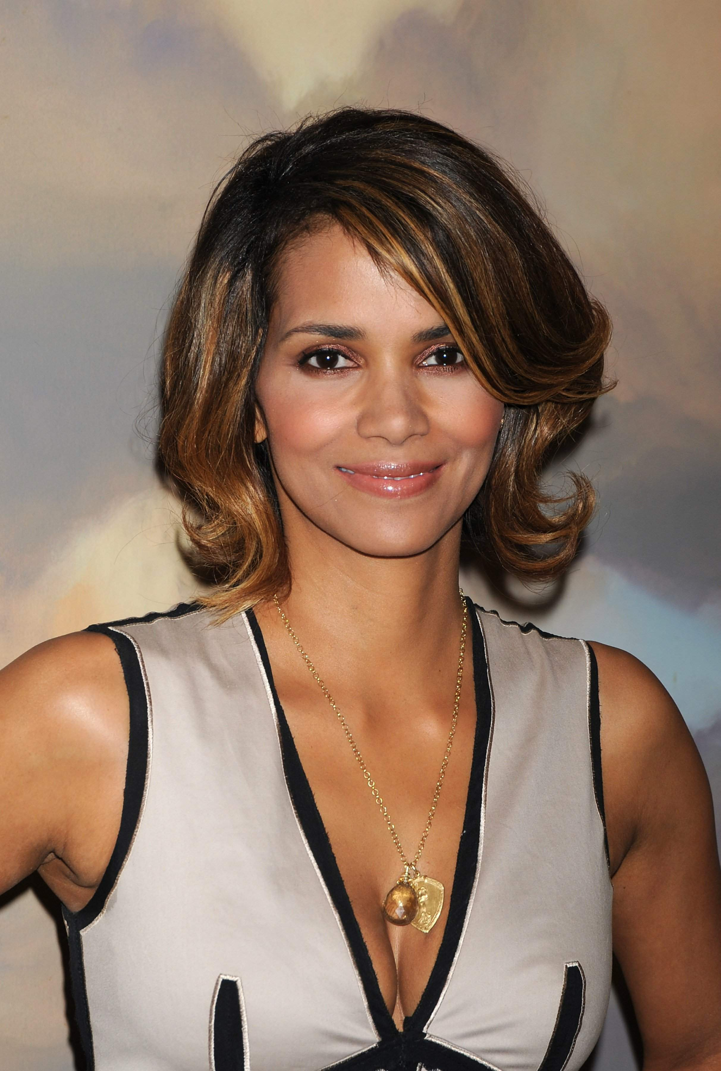 63339_Halle_Berry_2009_Jenesse_Silver_Rose_Gala_Auction_in_Beverly_Hills_73_122_571lo.jpg