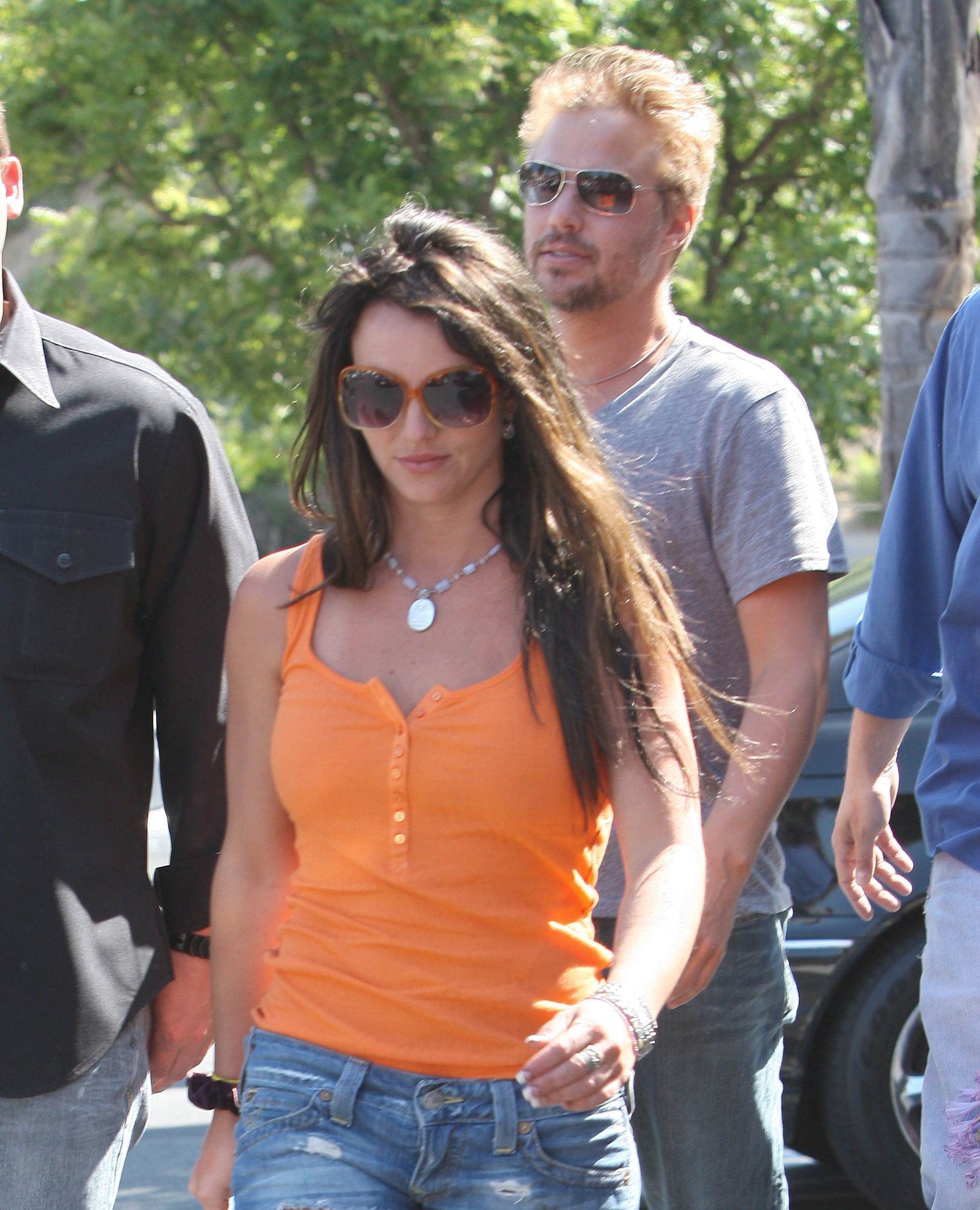 52922_celeb-city.org-The_Elder-Britney_Spears_2009-06-28_-_went_to_the_Bed_Bath_and_Beyond_7140_122_74lo.jpg