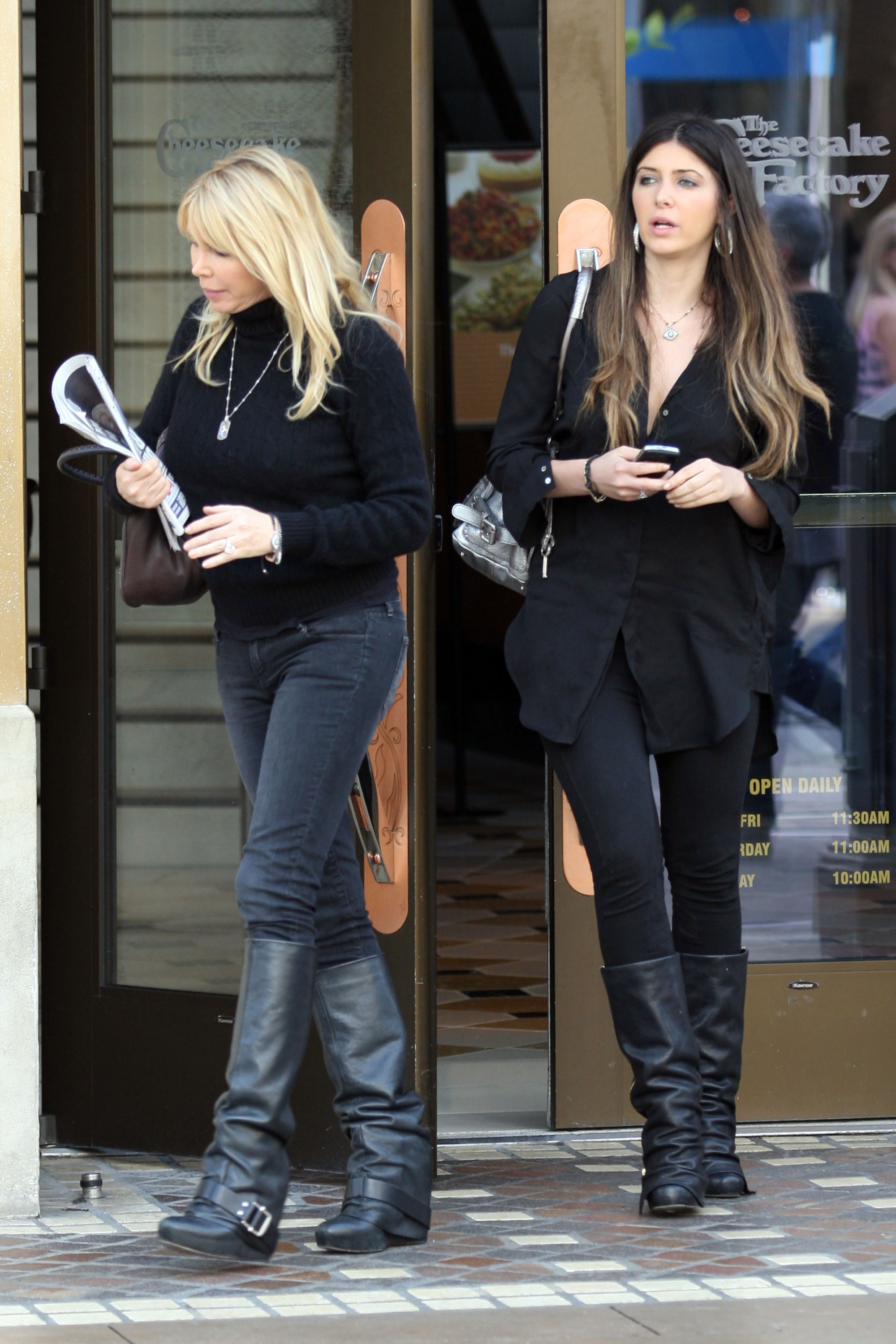24823_celebrity-paradise.com-The_Elder-Brittny_Gastineau_2010-02-01_-_out_shopping_in_Hollywood_122_84lo.jpg