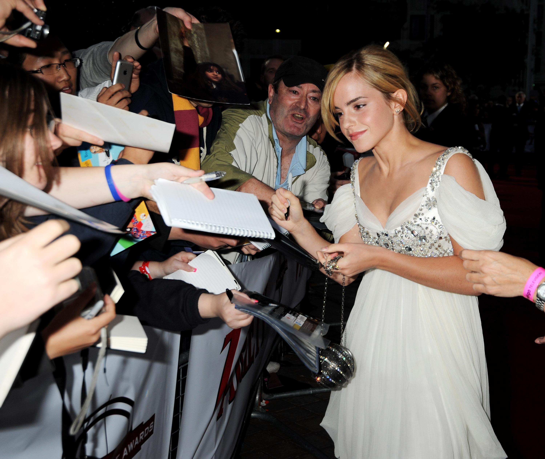 01928_Celebutopia-Emma_Watson-National_Movie_Awards_in_London-08_122_1002lo.jpg