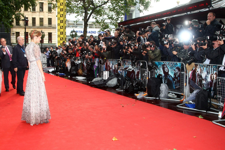 52771_Emma_Watson_HPaTHBP_premiere_in_London04101_122_180lo.jpg