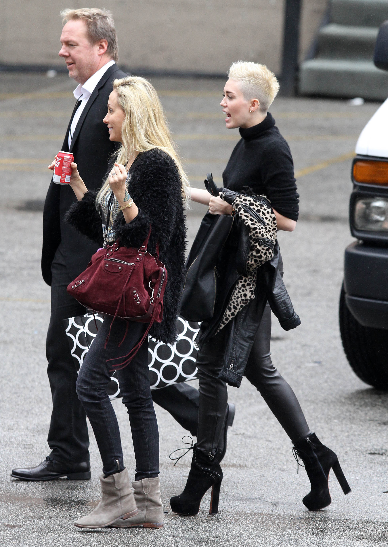 95586_Preppie_Miley_Cyrus_walks_into_rehearsals_for_VH1_Diva_Awards_2012_21_122_241lo.jpg