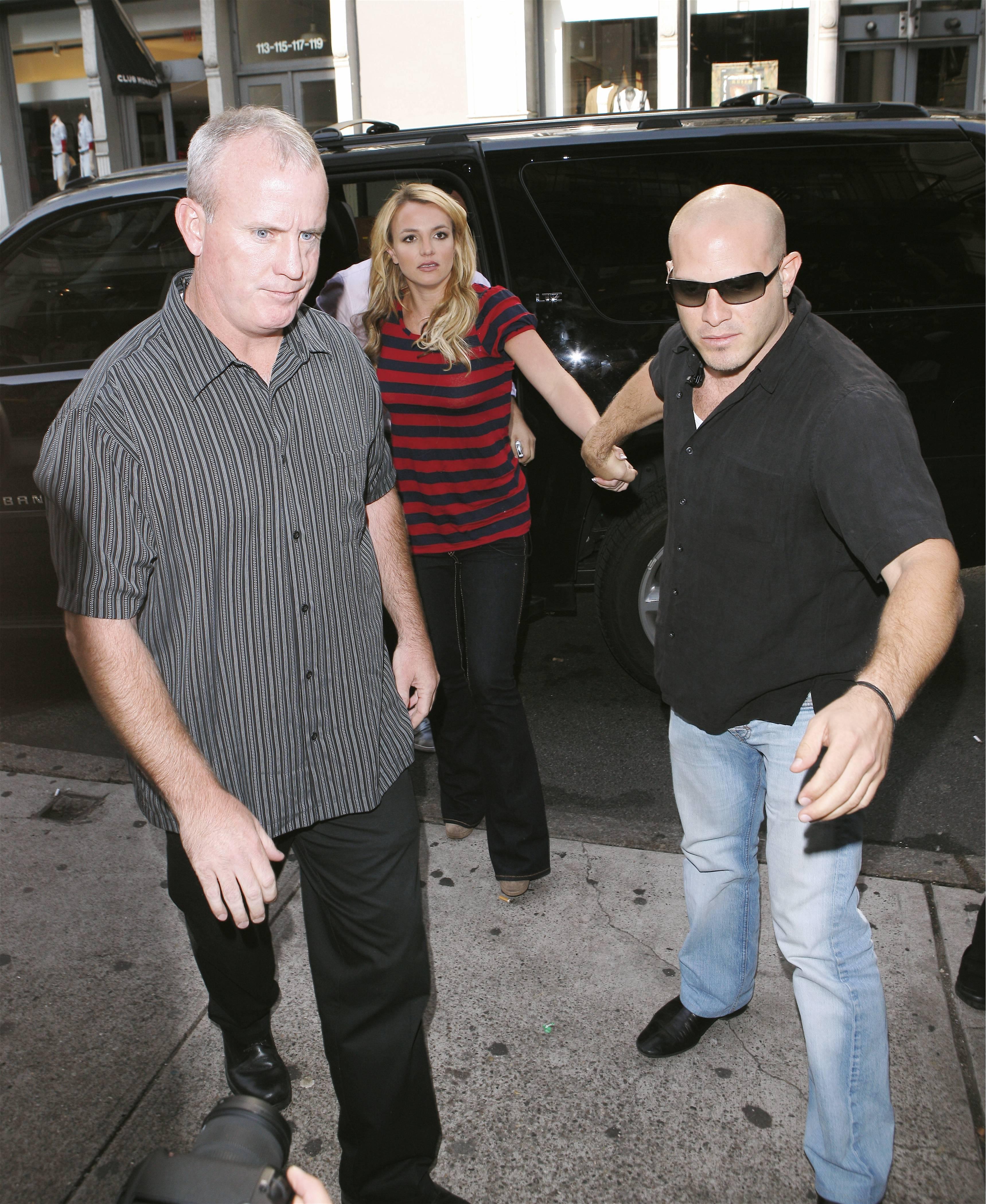 06879_Celebutopia-Britney_Spears_shopping_in_Soho-09_122_26lo.jpg