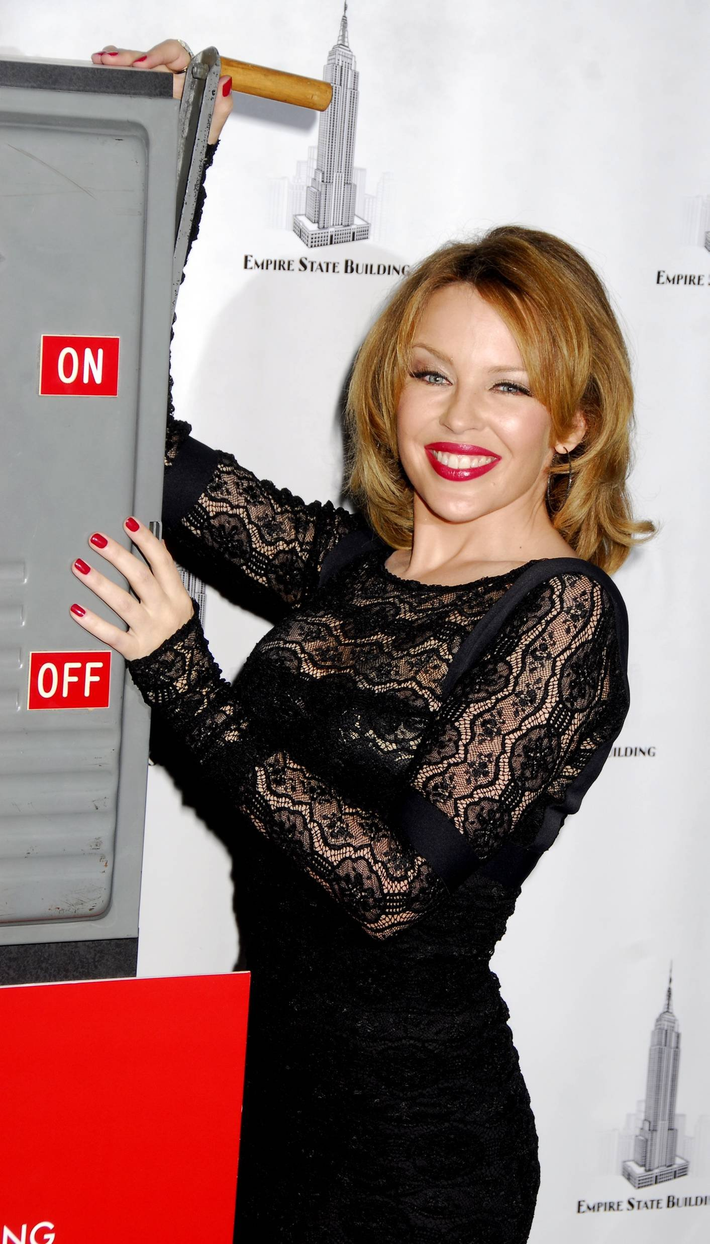 25332_Celebutopia-Kylie_Minogue_lights_The_Empire_State_Building-09_122_30lo.jpg