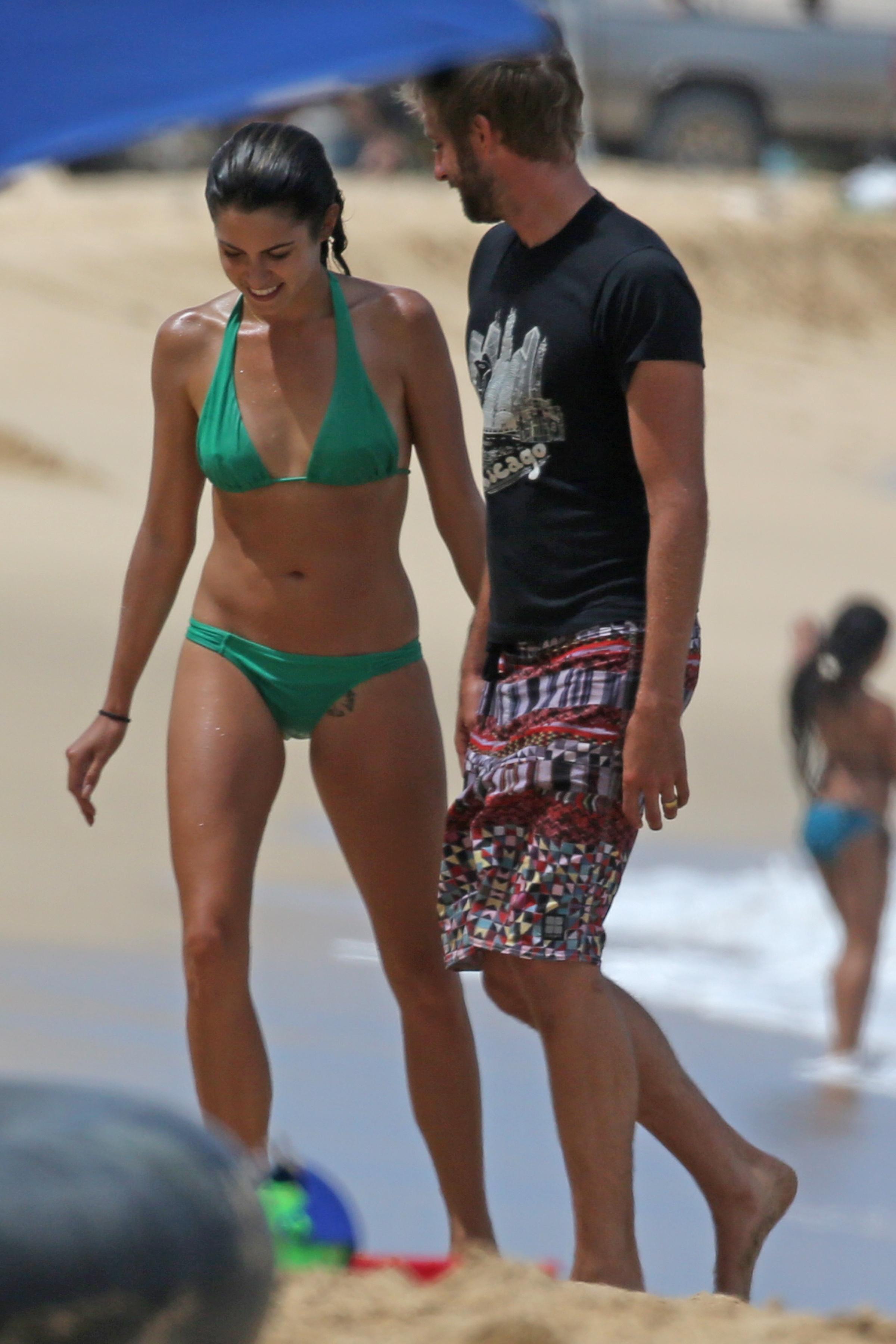 746031157_Nikki_Reed_on_the_Beach_in_Hawaii10_122_473lo.jpg