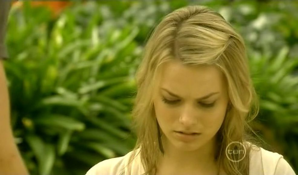 81925_Neighbours_-_Margot_Robbie10132_122_55lo.jpg