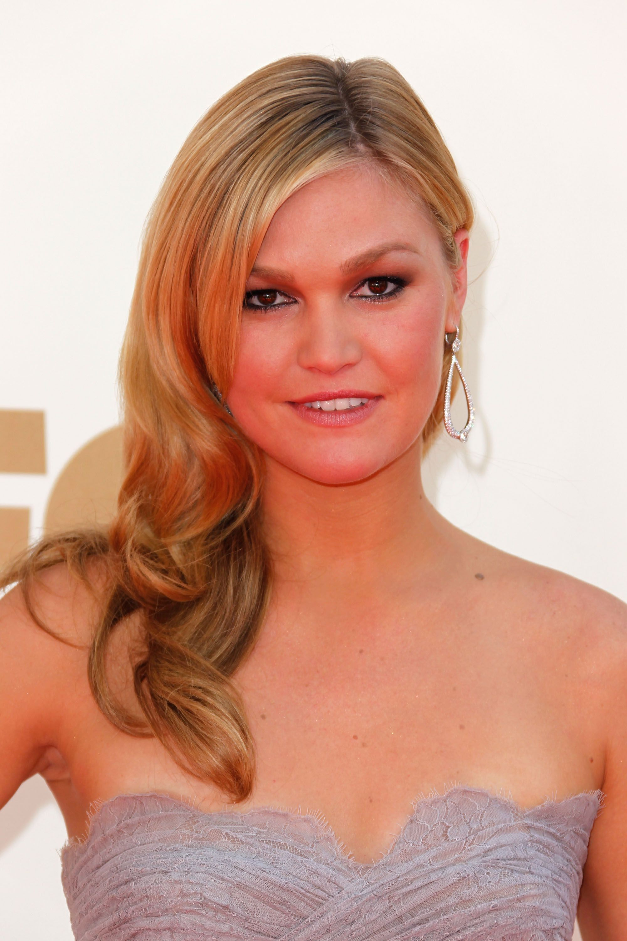 418062452_Julia_Stiles_at_63rd_Primetime_Emmy_Awards2_122_67lo.jpg