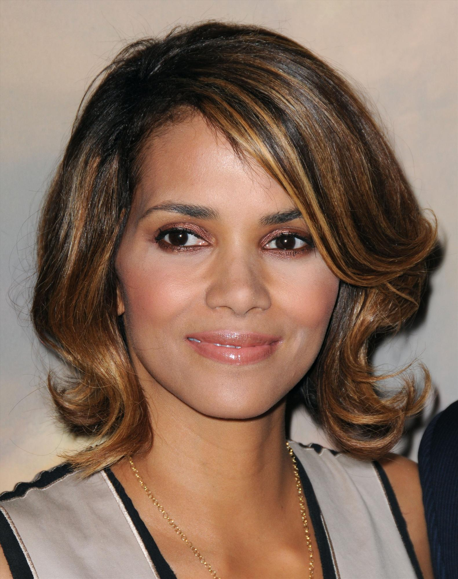 59004_Halle_Berry_2009_Jenesse_Silver_Rose_Gala_Auction_in_Beverly_Hills_31_122_146lo.jpg