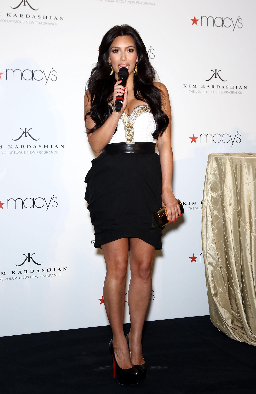 84998_celebrity_paradise.com_Kim_Kardashian_Fragance_15_122_1160lo.jpg