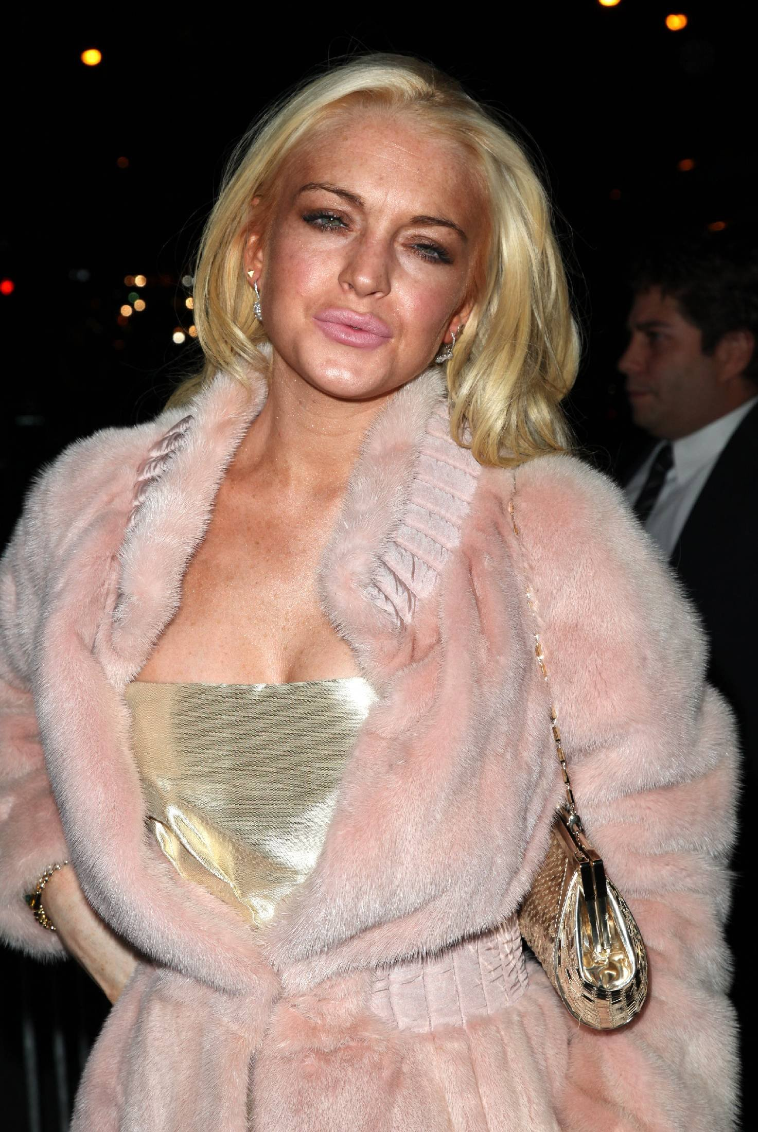 68445_Lindsay_Lohan_arrives_at_the_2009_Whitney_Museum_Gala-4_123_478lo.jpg