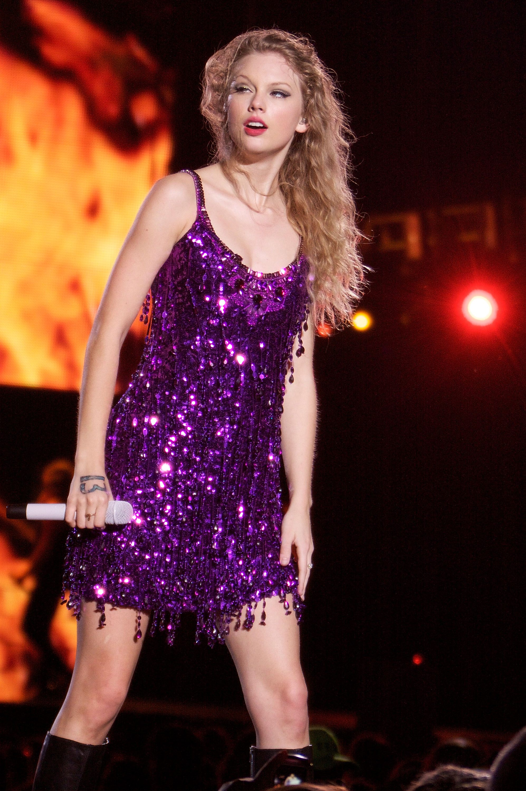 32489_Taylor_swift_performs_her_Fearless_Tour_at_Tiger_Stadium_001_122_1023lo.jpg