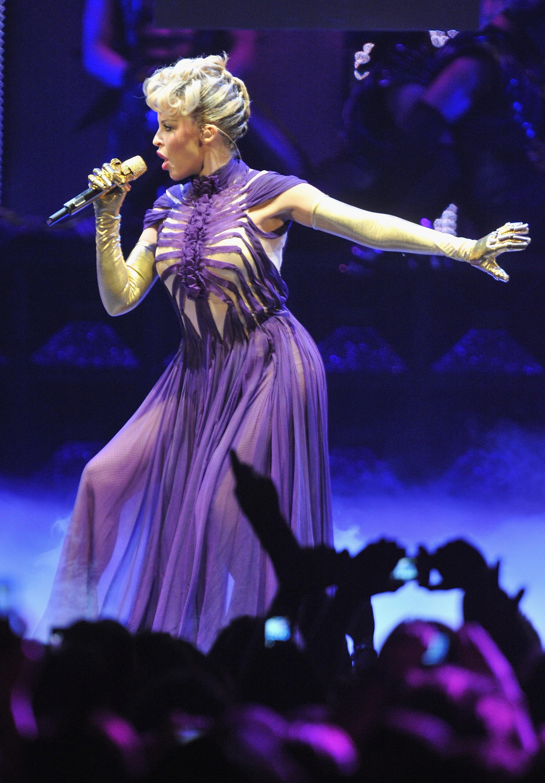 17151_Kylie_Minogue_KylieX2008_Performance_050608_029_122_572lo.jpg