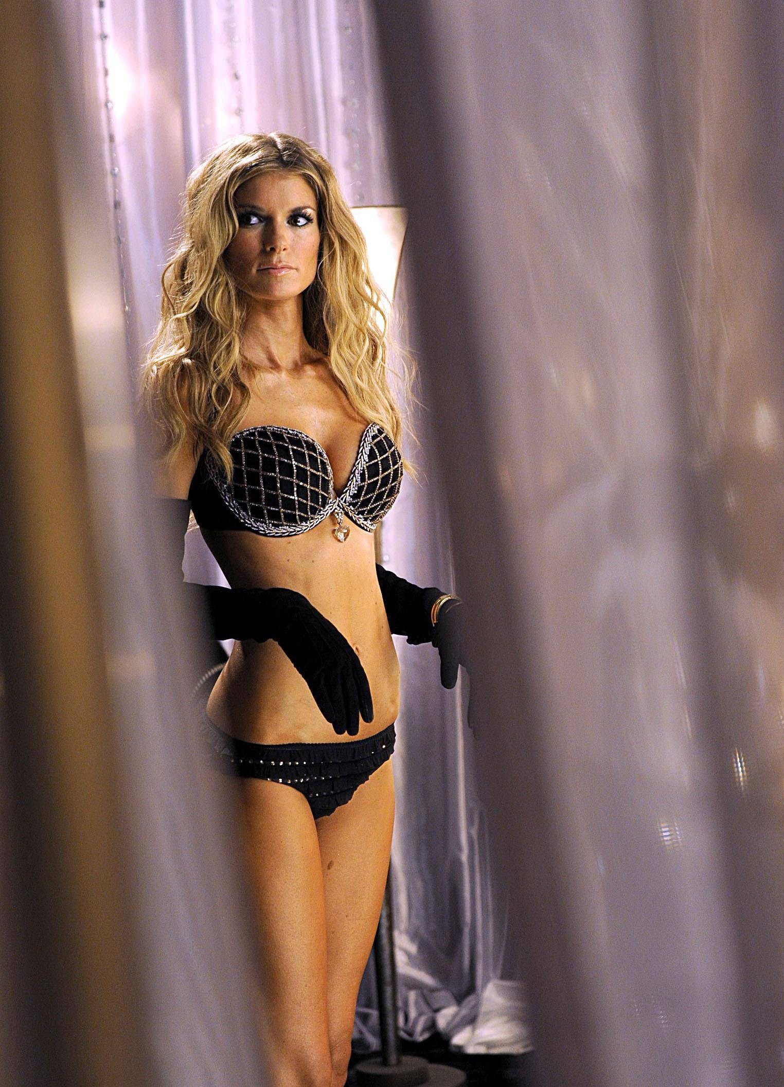 72700_marisa_miller_victorias_secret_fashion_Show_backstage_122_640lo.jpg