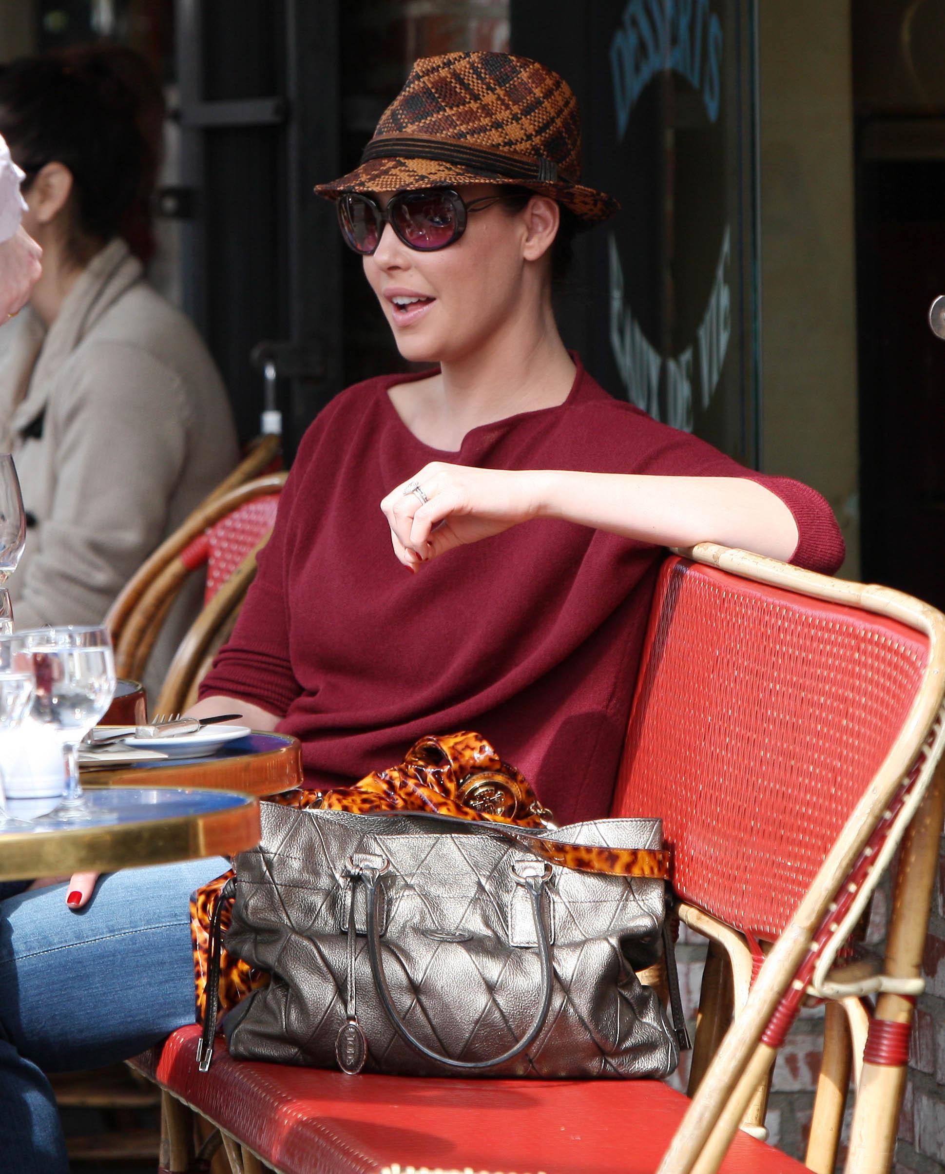 31646_Katherine_Heigl_having_lunch_at_Figaro_Cafein_Los_Feliz_March052010_010_122_894lo.jpg