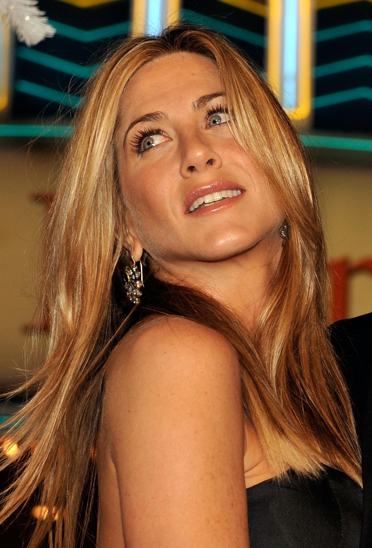 65501_Celebutopia-Jennifer_Aniston-Marley_8_Me_premiere_in_Westwood-26_122_455lo.jpg