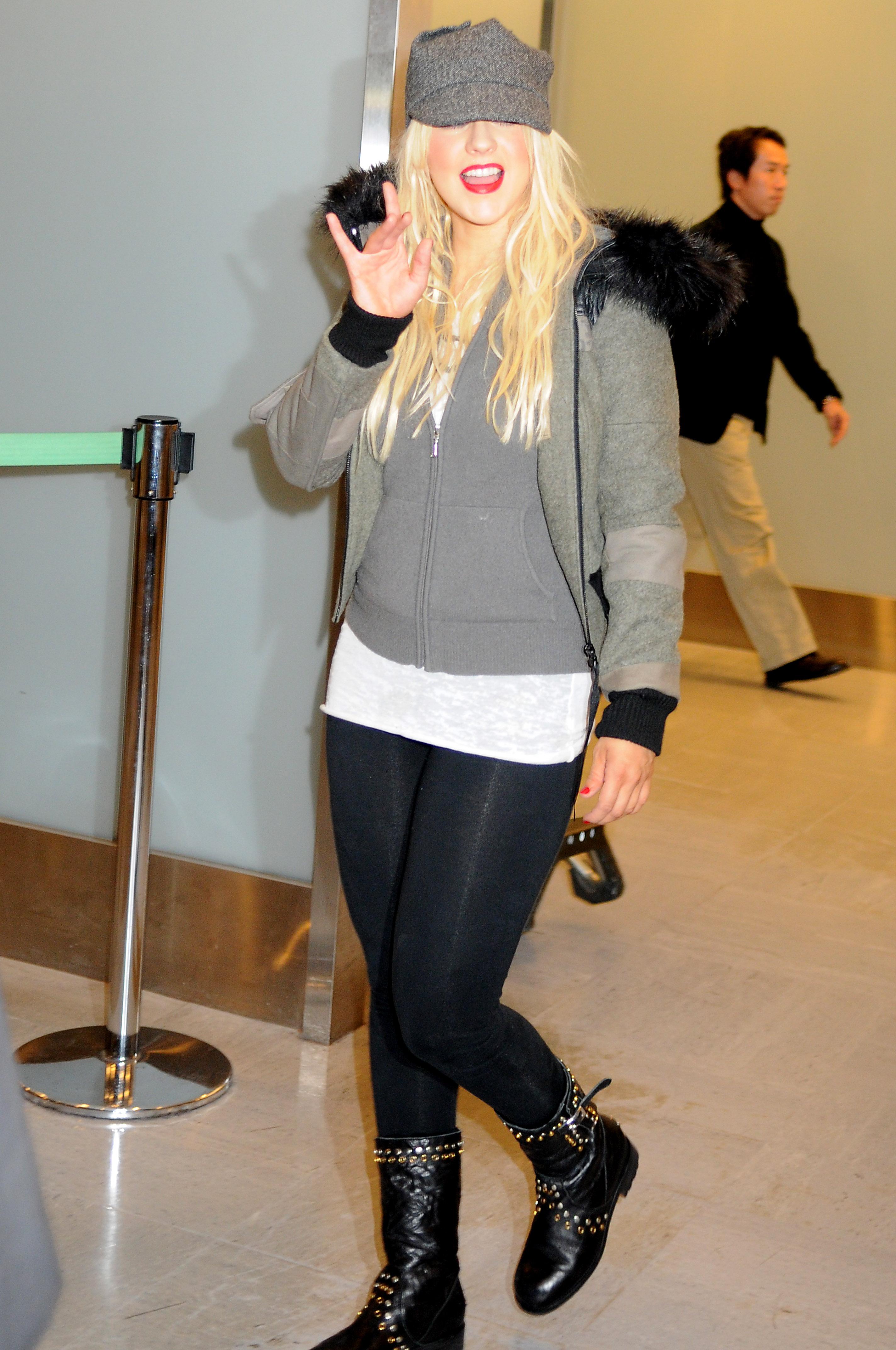 12551_Christina_Aguilera_arriving_in_Japan_5_122_1188lo.jpg