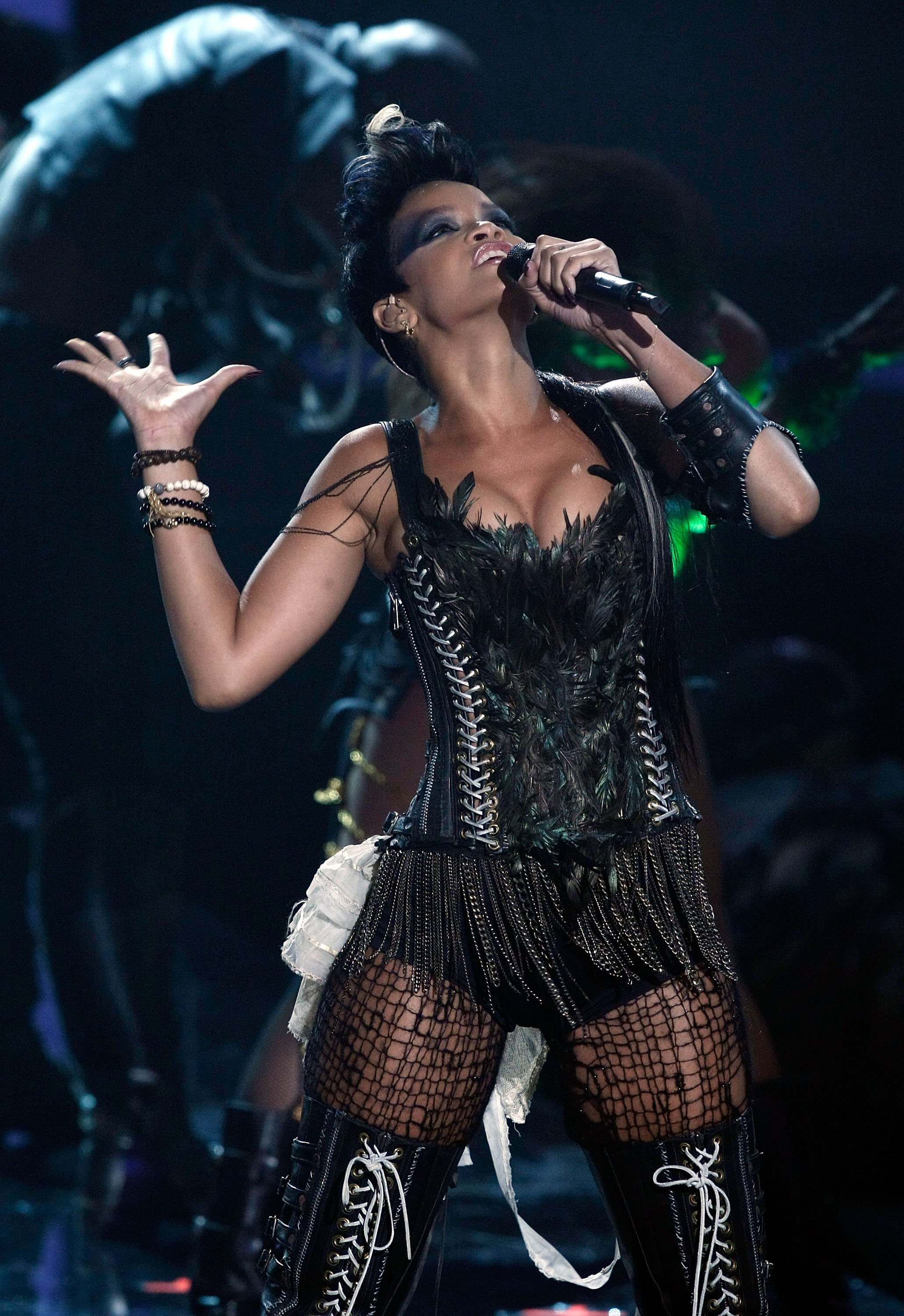 38540_Celebutopia-Rihanna_performs_at_the_2008_MTV_Video_Music_Awards-05_122_107lo.jpg