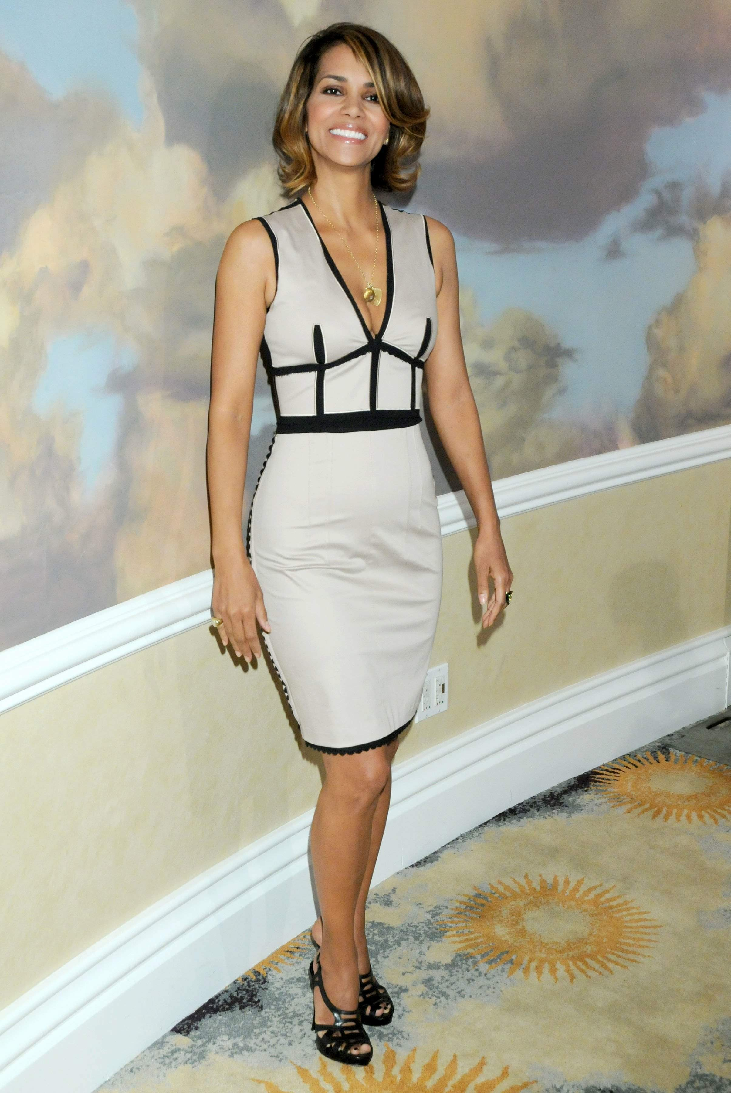 62518_Halle_Berry_2009_Jenesse_Silver_Rose_Gala_Auction_in_Beverly_Hills_20_122_166lo.jpg