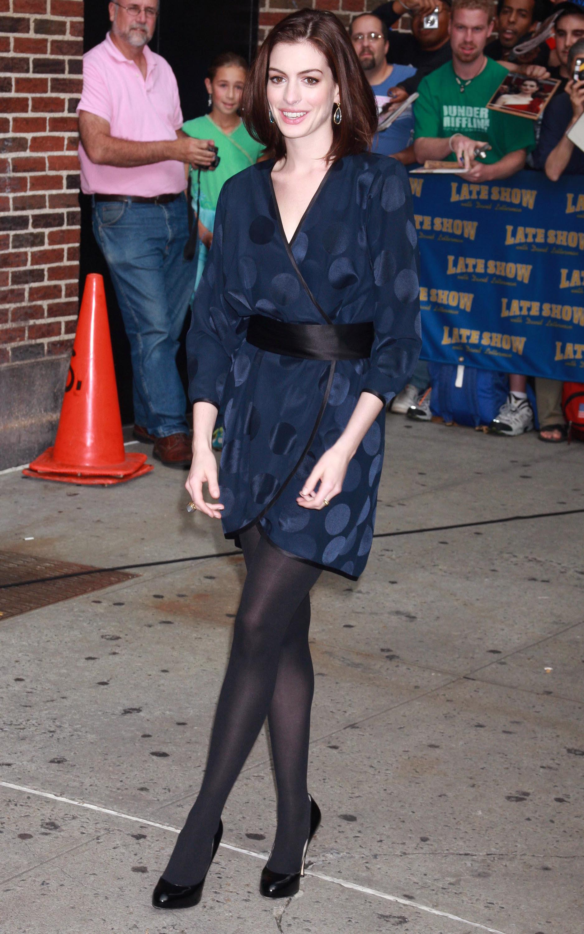 47616_Anne_Hathaway_2008-09-30_-_visits_the_Late_Show_with_David_Letterman_0248_122_428lo.jpg