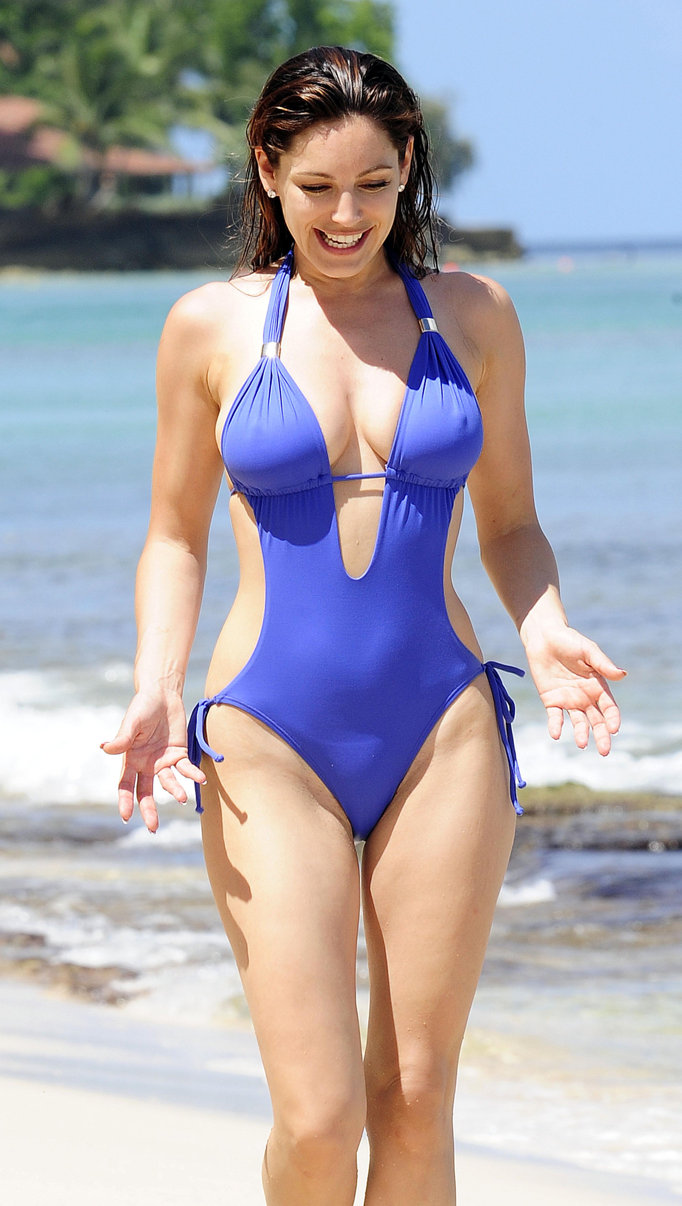 51479_Kelly_Brook_On_The_Beach_In_Barbados.10_HQ_009_122_570lo.jpg
